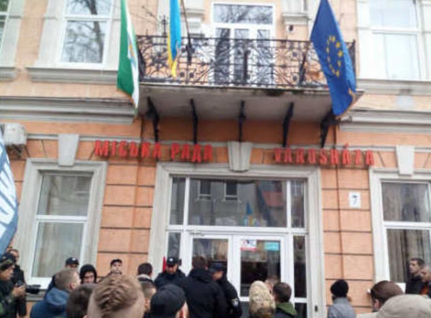 Ukrán szélsőségesek letépték a magyar zászlót a beregszászi városházáról
