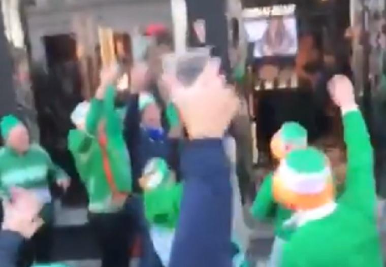Többezer ír szurkoló tombolva ünnepelte a nő bugyiját