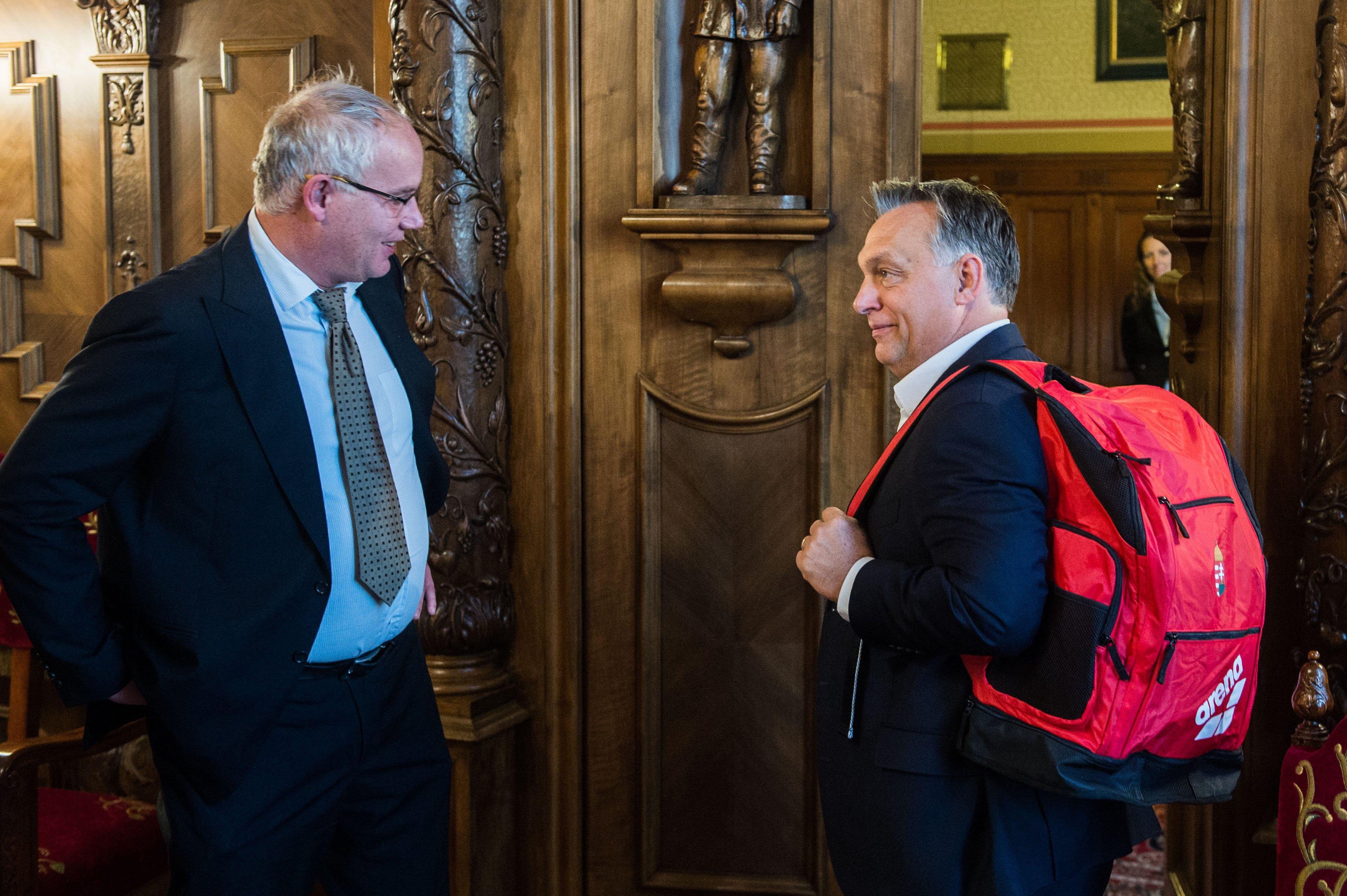 Orbán új hátizsákja VÖRÖS