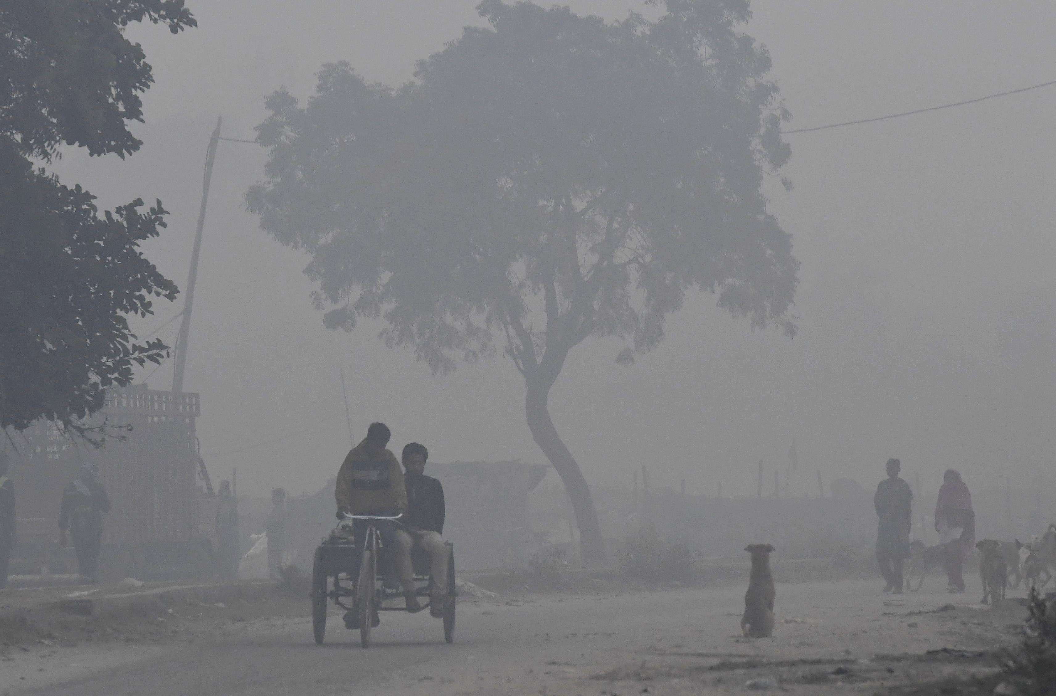 Nem tudnak felszállni a szmog miatt a szmog ellen bevetendő helikopterek Delhiben