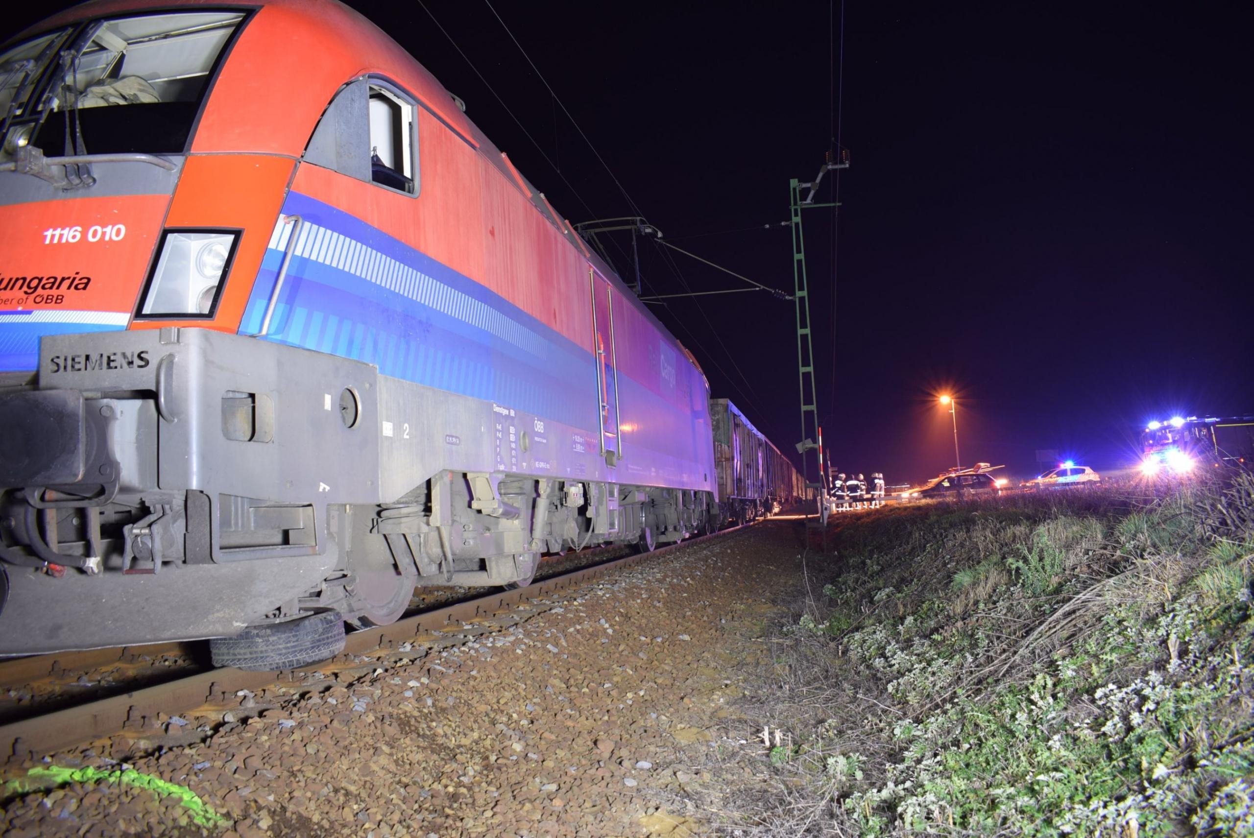 Vonat sodort el egy rendőrnőt, miközben külföldieket követett a határ közelében