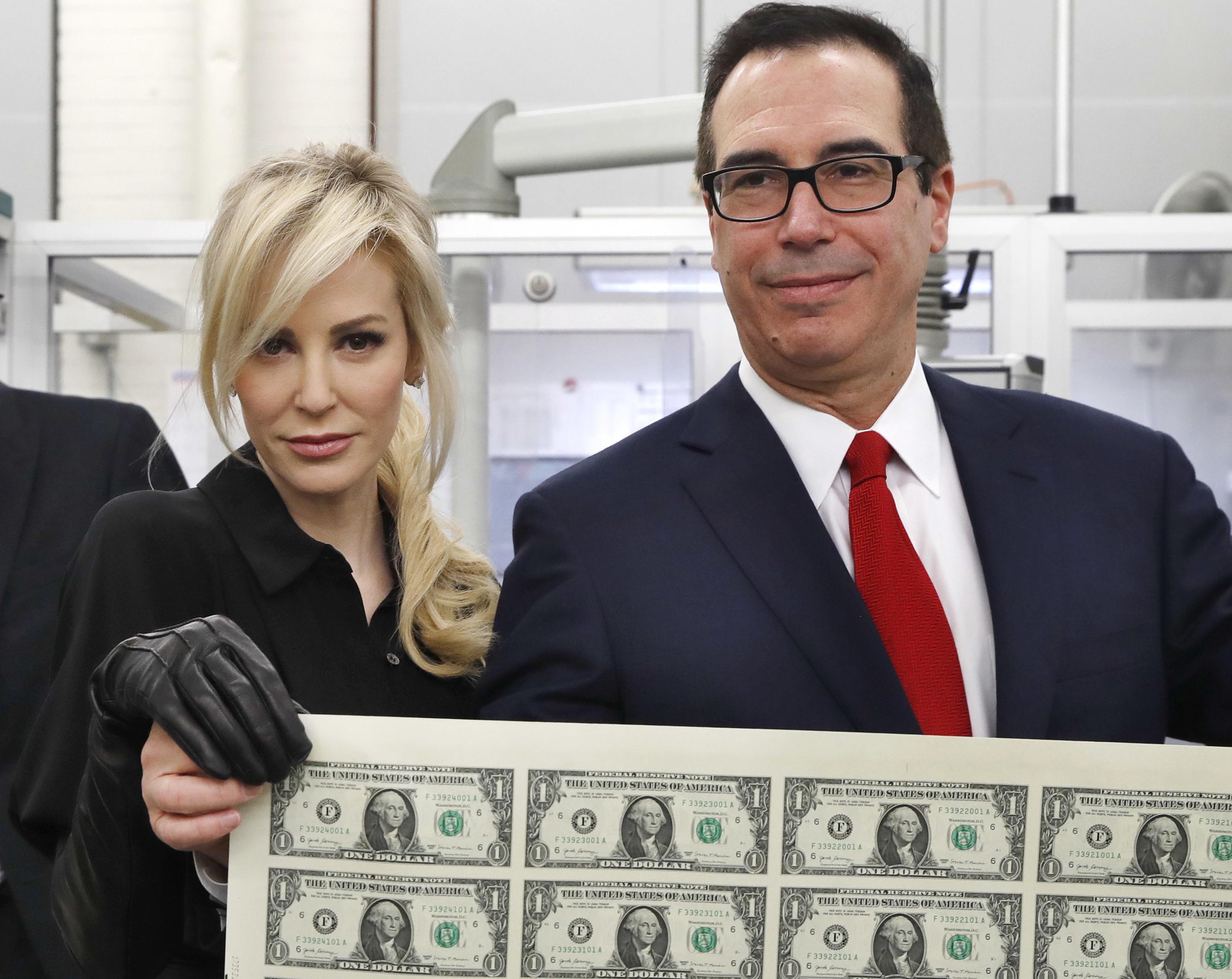 Már eddig se volt népszerű Trump exbankár pénzügyminisztere és felvágós felesége. Aztán beleálltak ebbe a fotóba