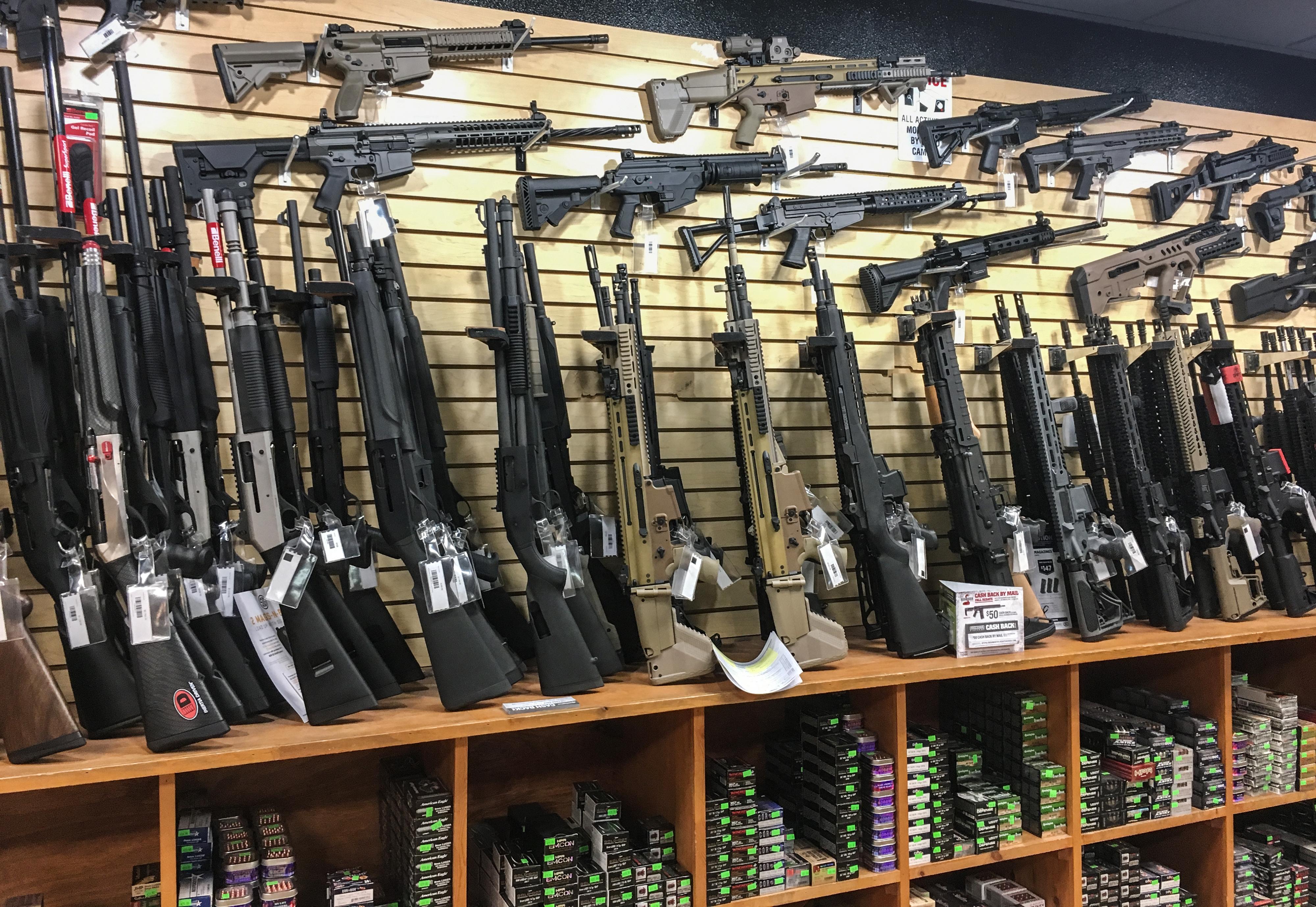 """""""Alapvető fontosságúnak"""" ítélte a fegyverboltok nyitva tartását az amerikai kormány"""