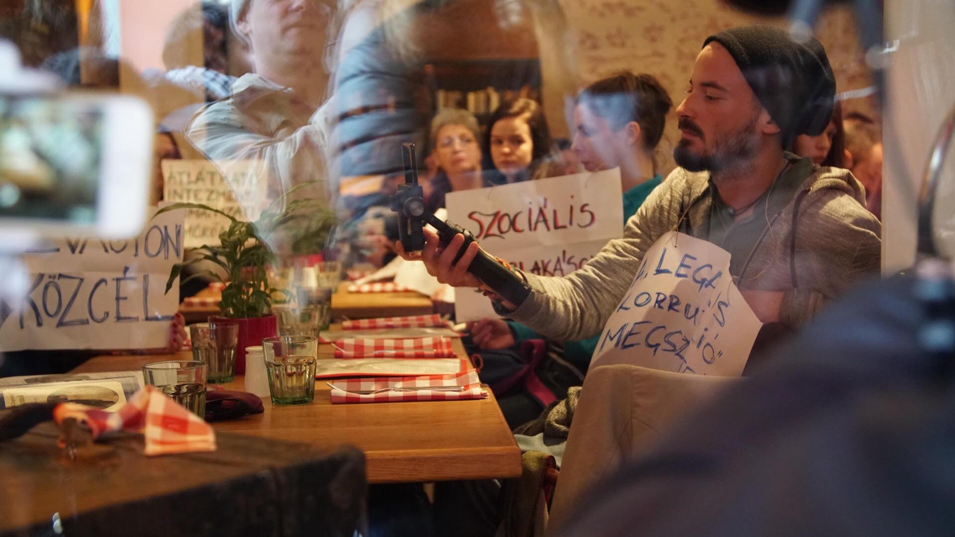 Zsidaiék rázárták az éttermüket a bent tüntető Gulyás Mártonékra