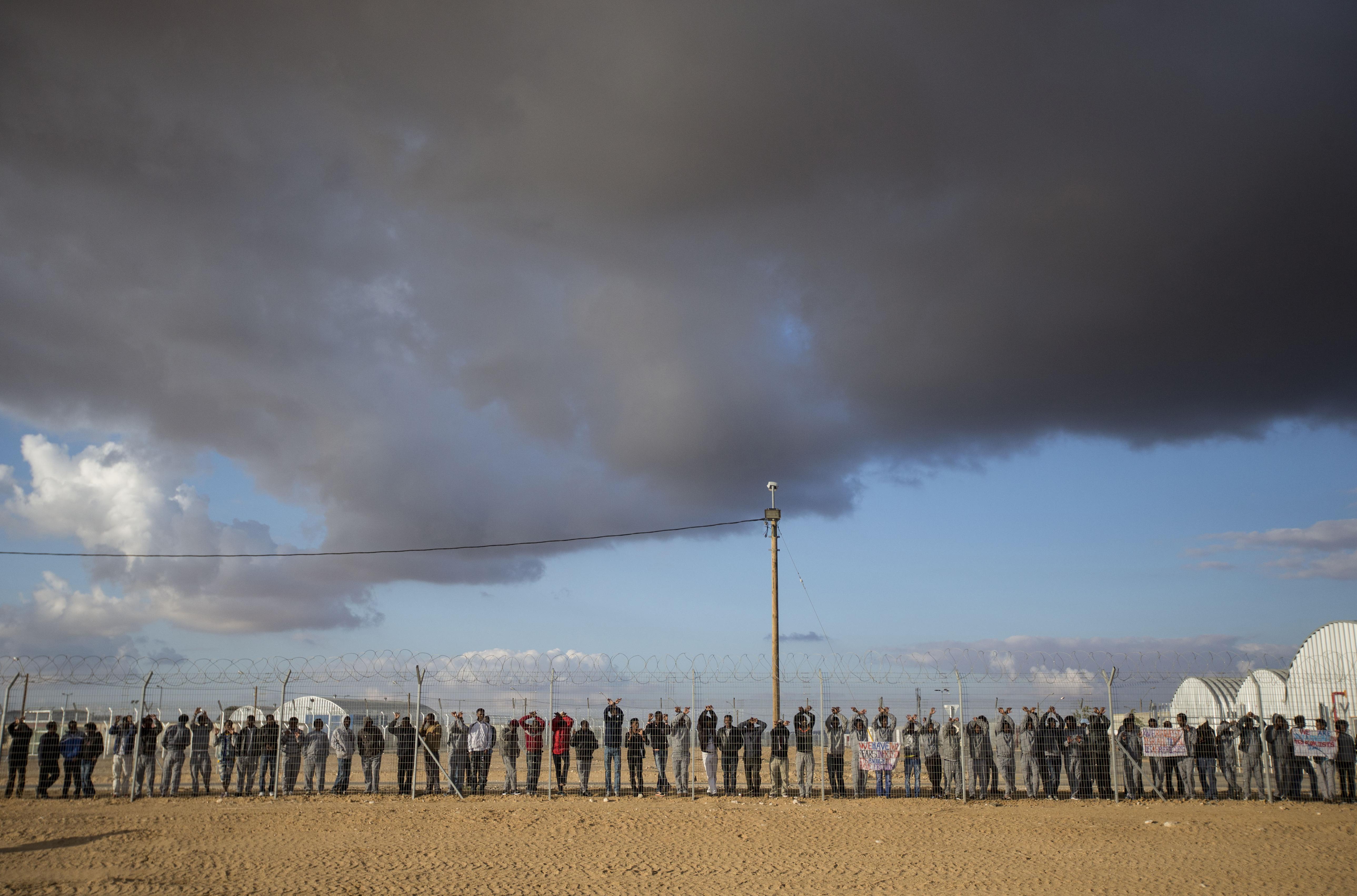 Izrael bezárja a Holot menekülttábort, és az ott élők választhatnak, börtönbe vagy Ruandába akarnak-e menni