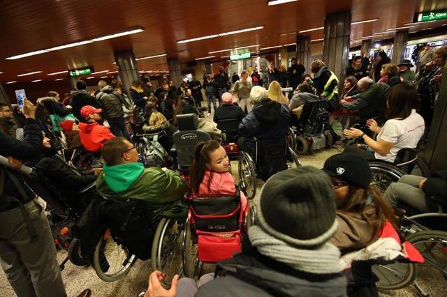 A 3-as metró akadálymentesítéséért tüntettek civilek a Ferenciek tere metrómegállóban