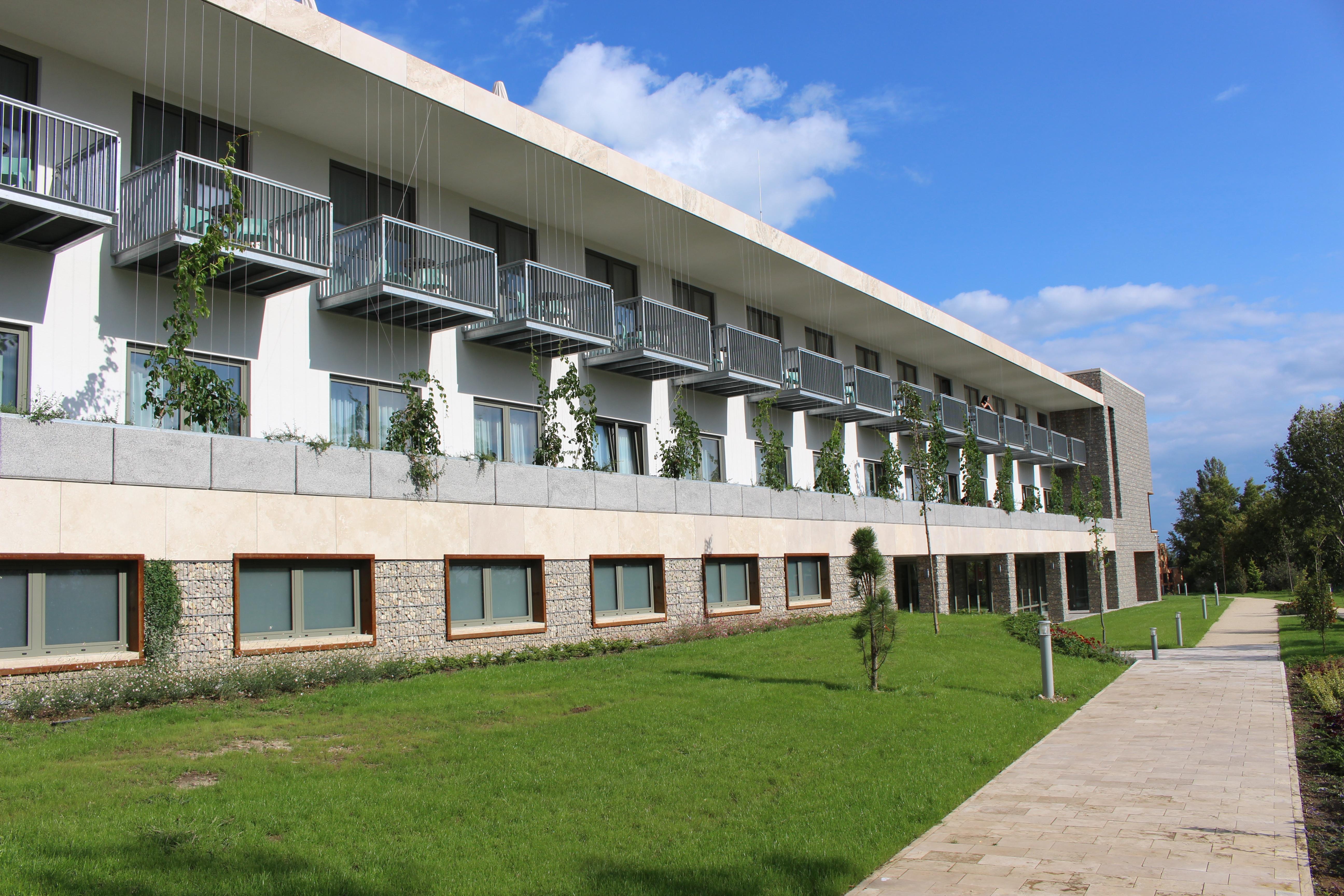 Építettek egy kollégiumot tehetséges gyerekeknek tao-pénzből, de aztán valahogy wellness hotel lett belőle