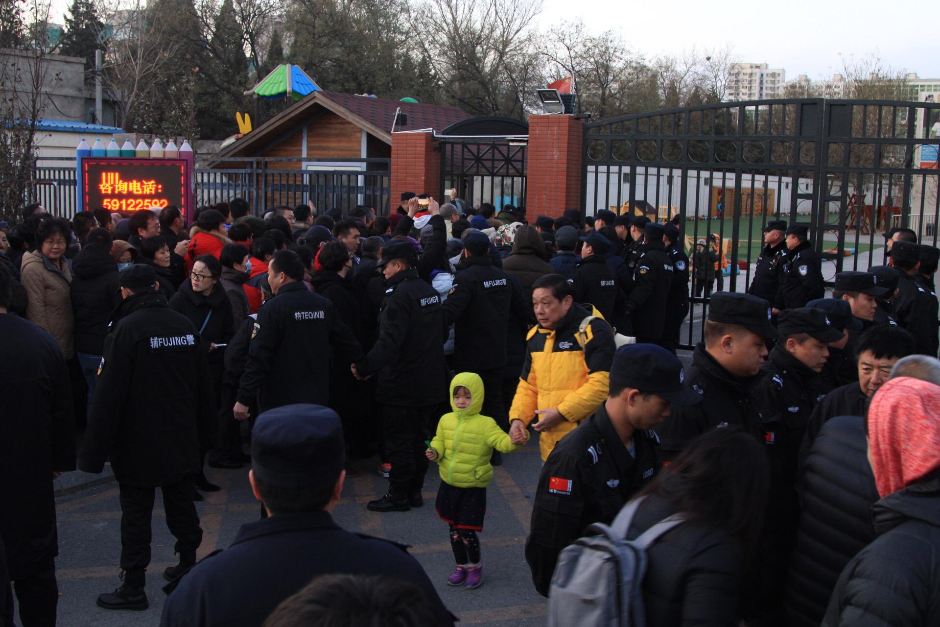 Egy pekingi óvodában beinjekciózták és fehér tablettákkal etették a 3 éves gyerekeket