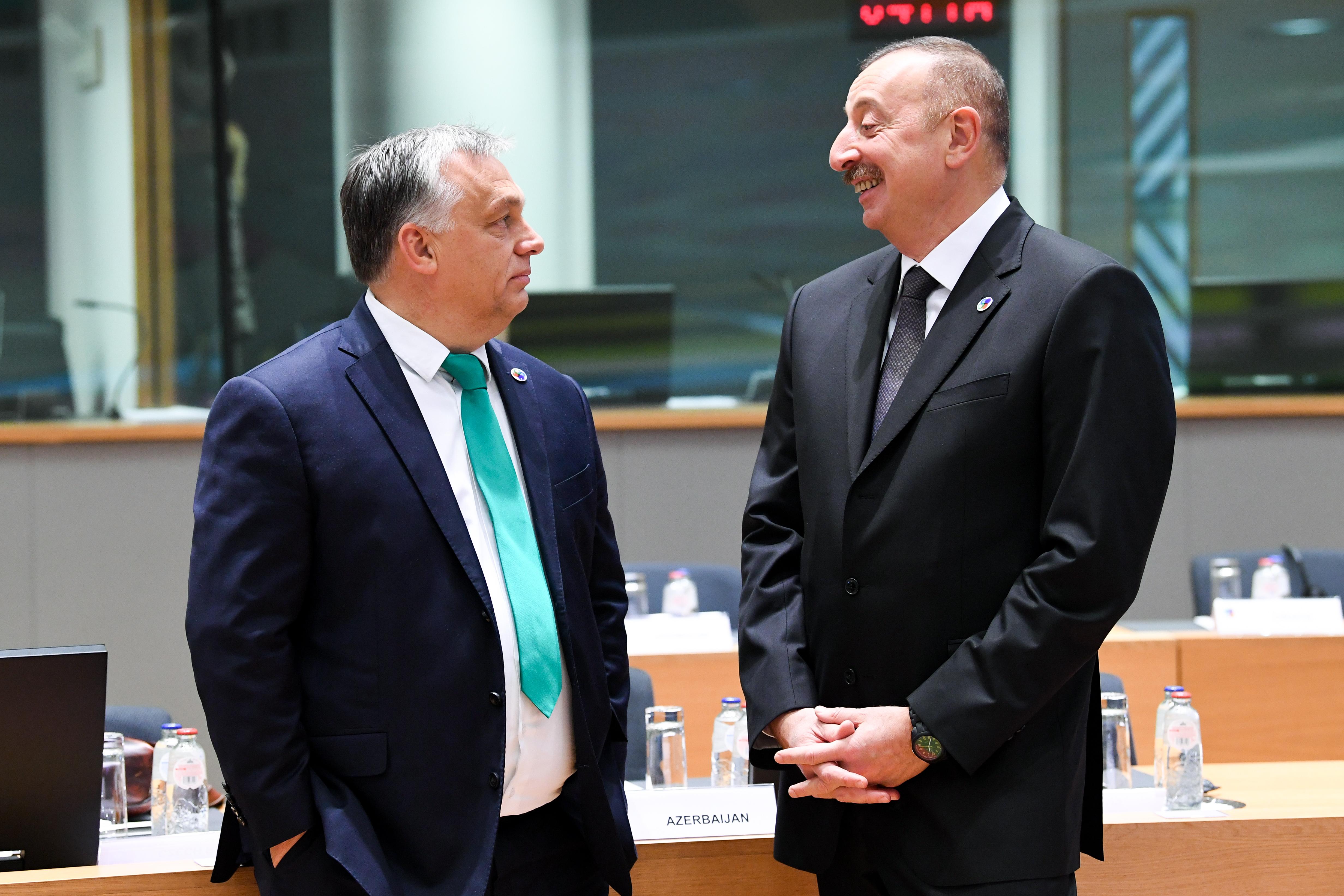 A Fidesz pártalapítványa 10 milliókat fizetett másolt tanulmányokért egy belga politikusnak, aki vastagon benne van az azeri kenőpénzbotrányban