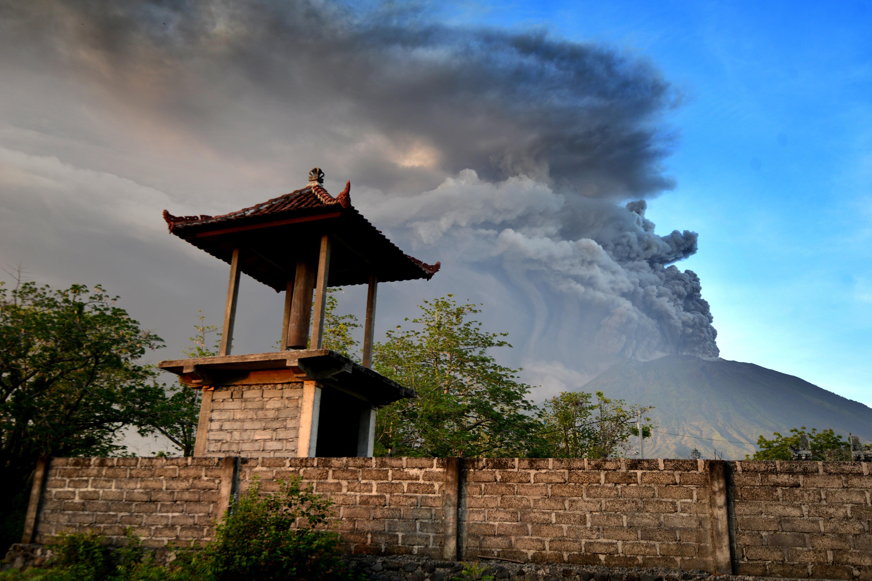 Kitört az Agung vulkán, repülőjáratokat töröltek Balin