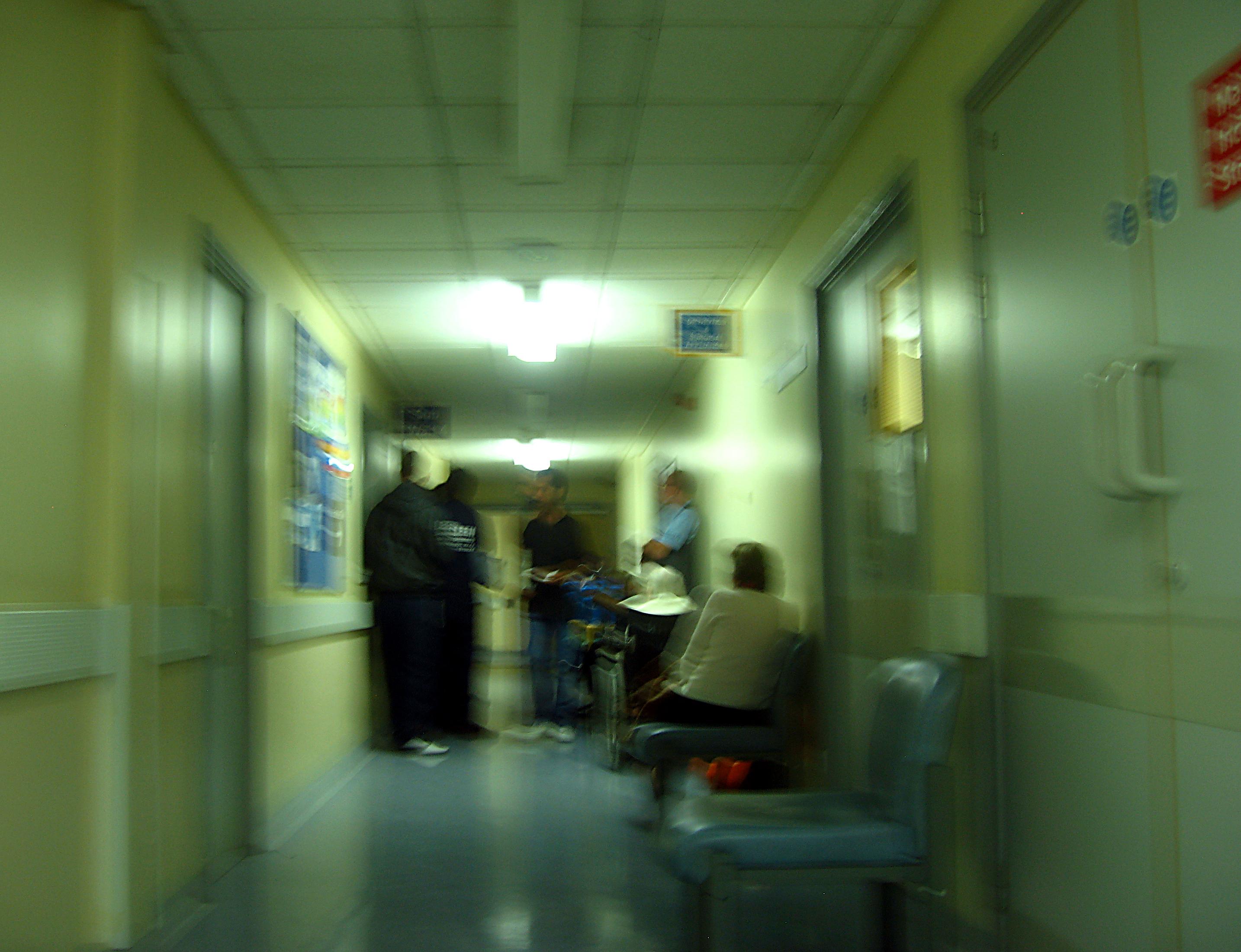 Ahogy a kórházban a mentős egy zsákot lóbálva elhaladt mellette, egy használt tű beleállt a lábába
