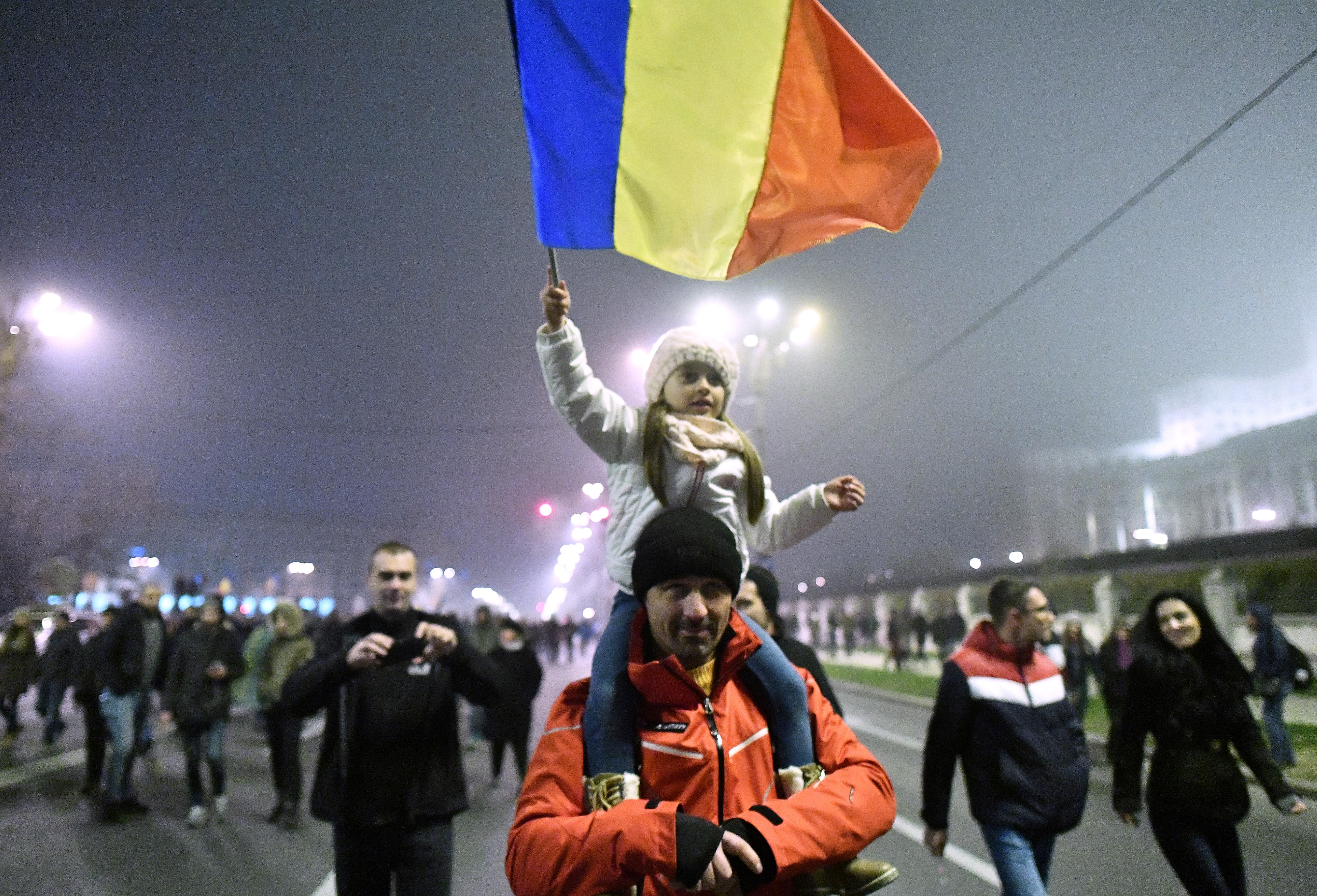 Tízezrek tüntettek a kormány ellen Romániában
