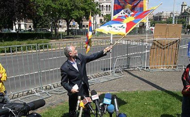 Balog Zoltán pár éve még tibeti zászlót lengetve várta a kínaiakat, de ma már megérti a rendőröket, akik lerohanták a tibeti zászlót lengető férfit