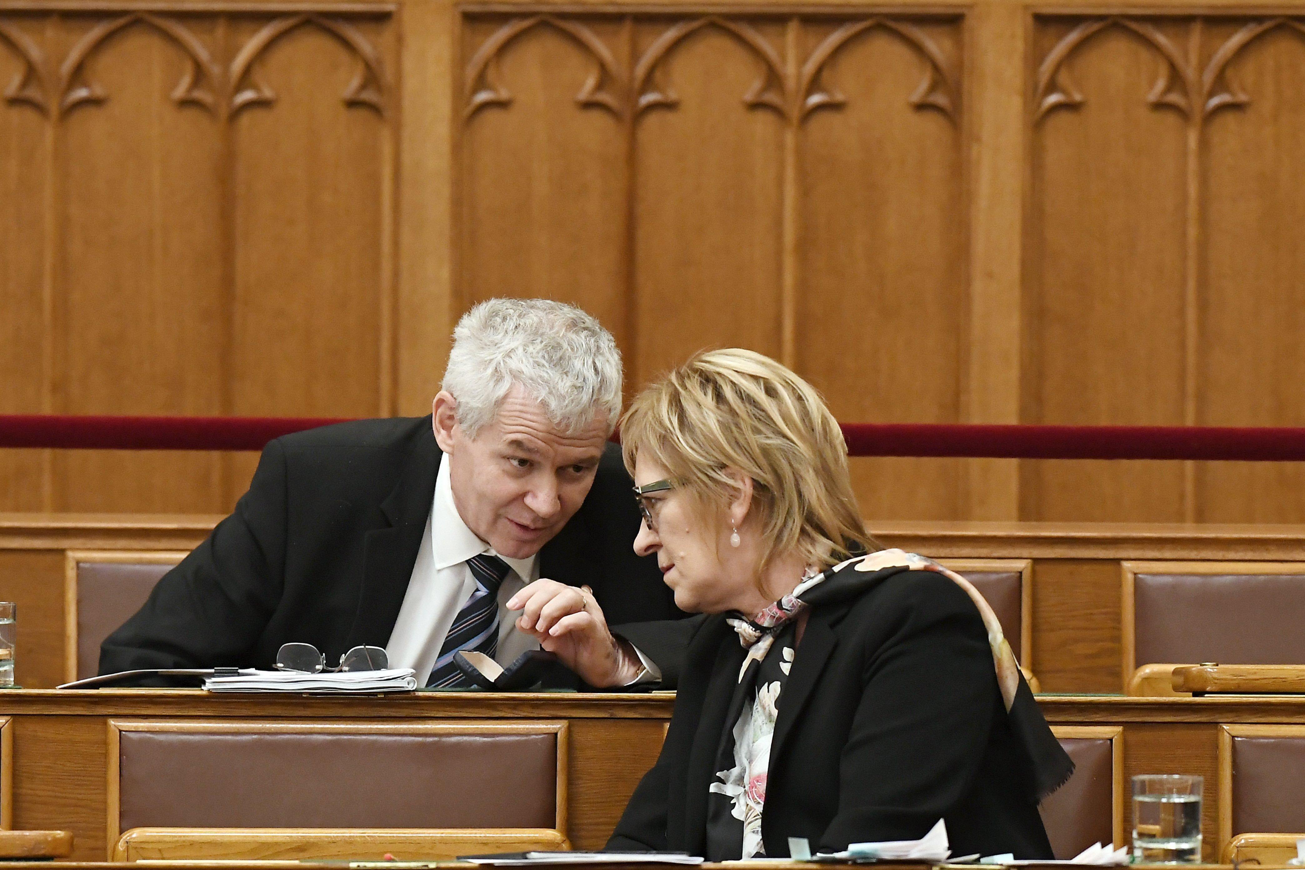 Két éve Handó Tünde hivatala ezerszer keményebben kritizálta a kormány különbíróságos tervét, mint a bírák, akiket most hazaárulónak nevezett