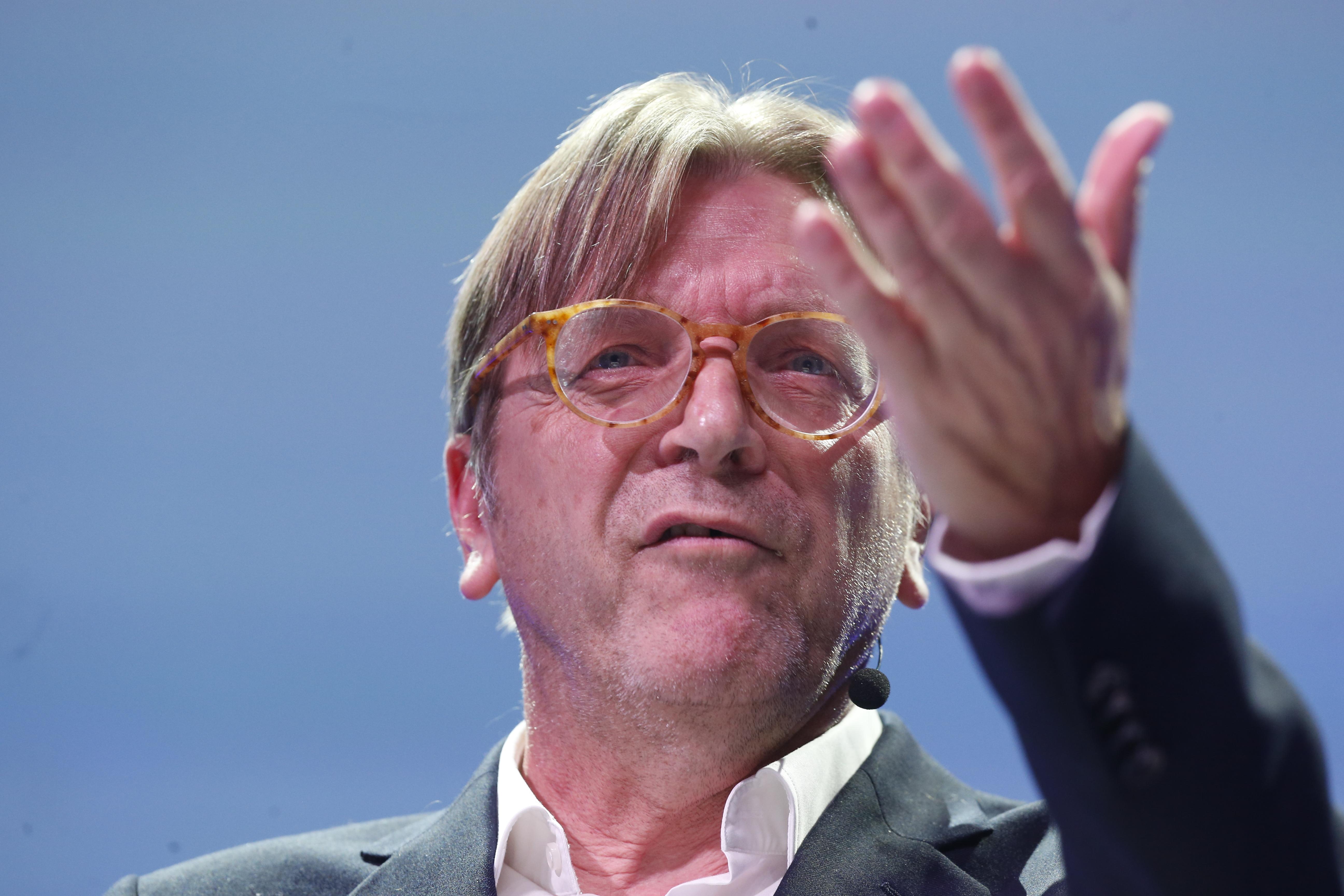 Guy Verhofstadt is aláírta a Momentum népszavazási kezdeményezését a civiltörvény ellen