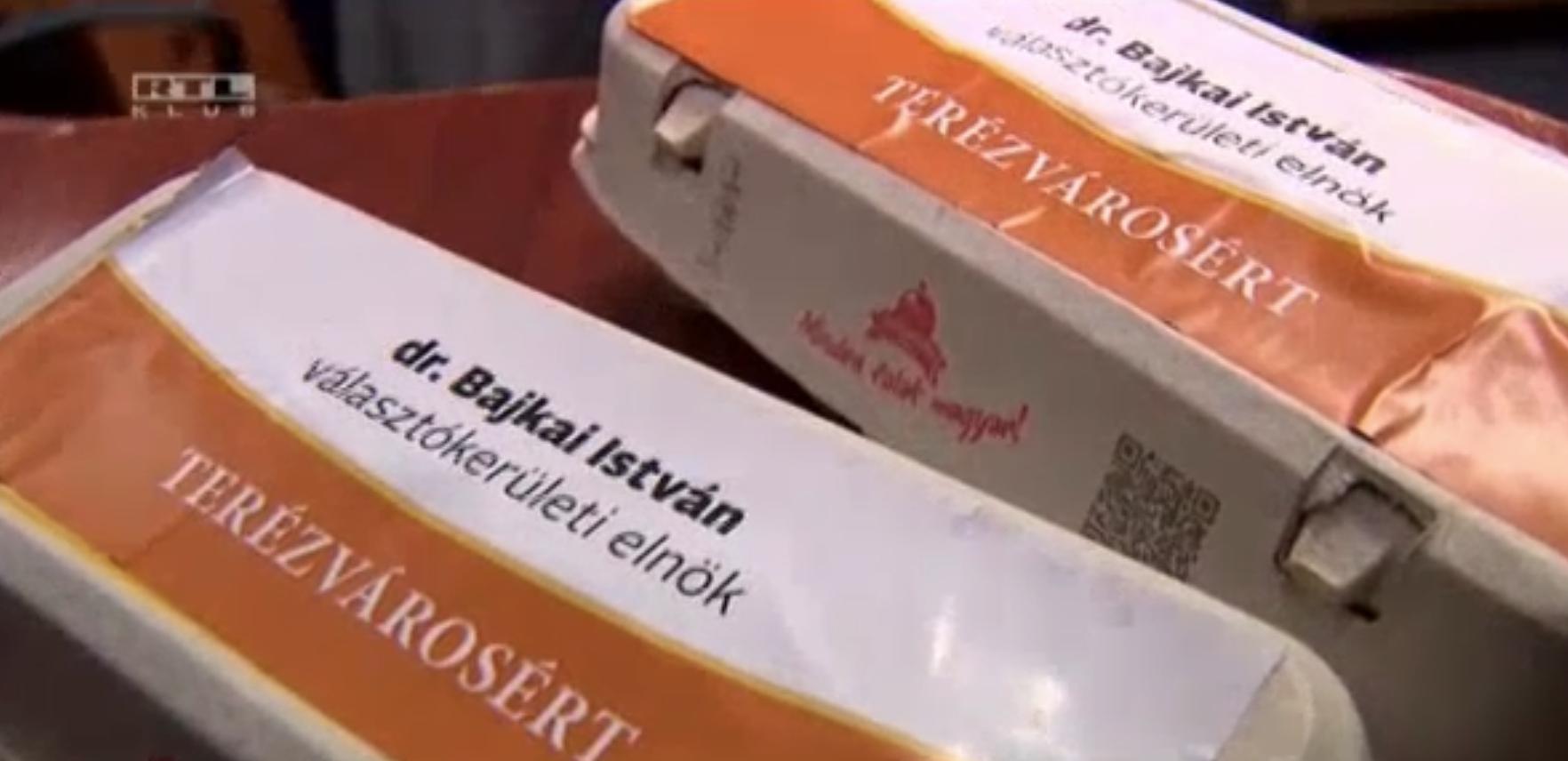 Fideszes jelölt nevével cimkézett tojásokat oszt a rászorulóknak a terézvárosi önkormányzat