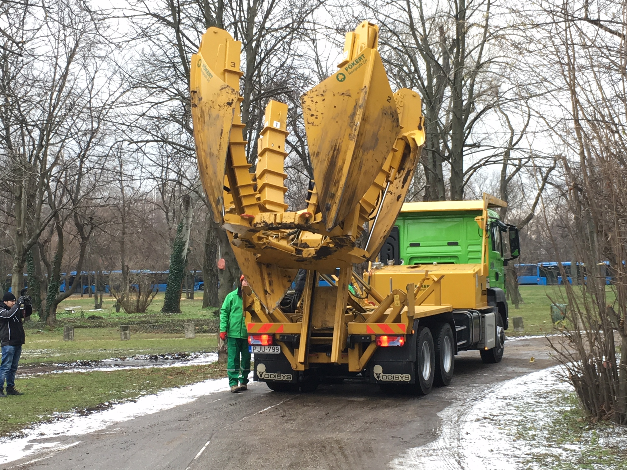 Az új budapesti faátültető gép olyan jól néz ki működés közben, mint egy hatkerekű Csodák Palotája