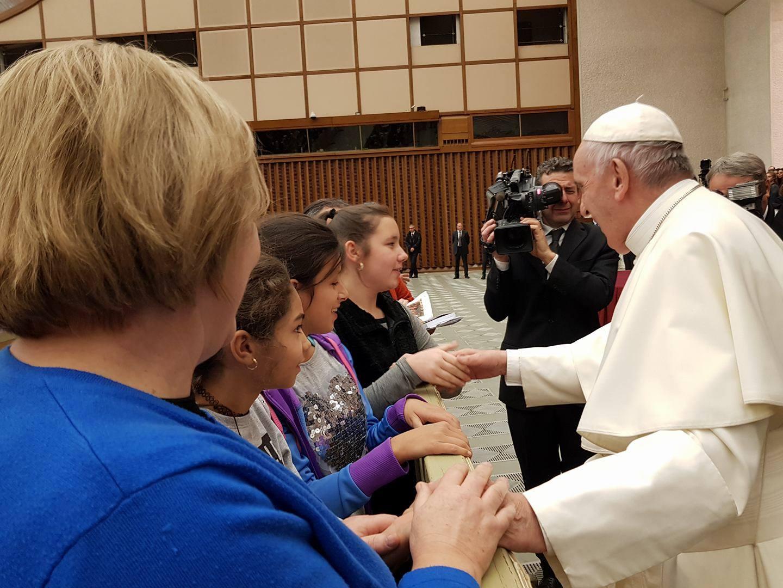Hátrányos helyzetű magyar gyerekekkel találkozott Ferenc pápa