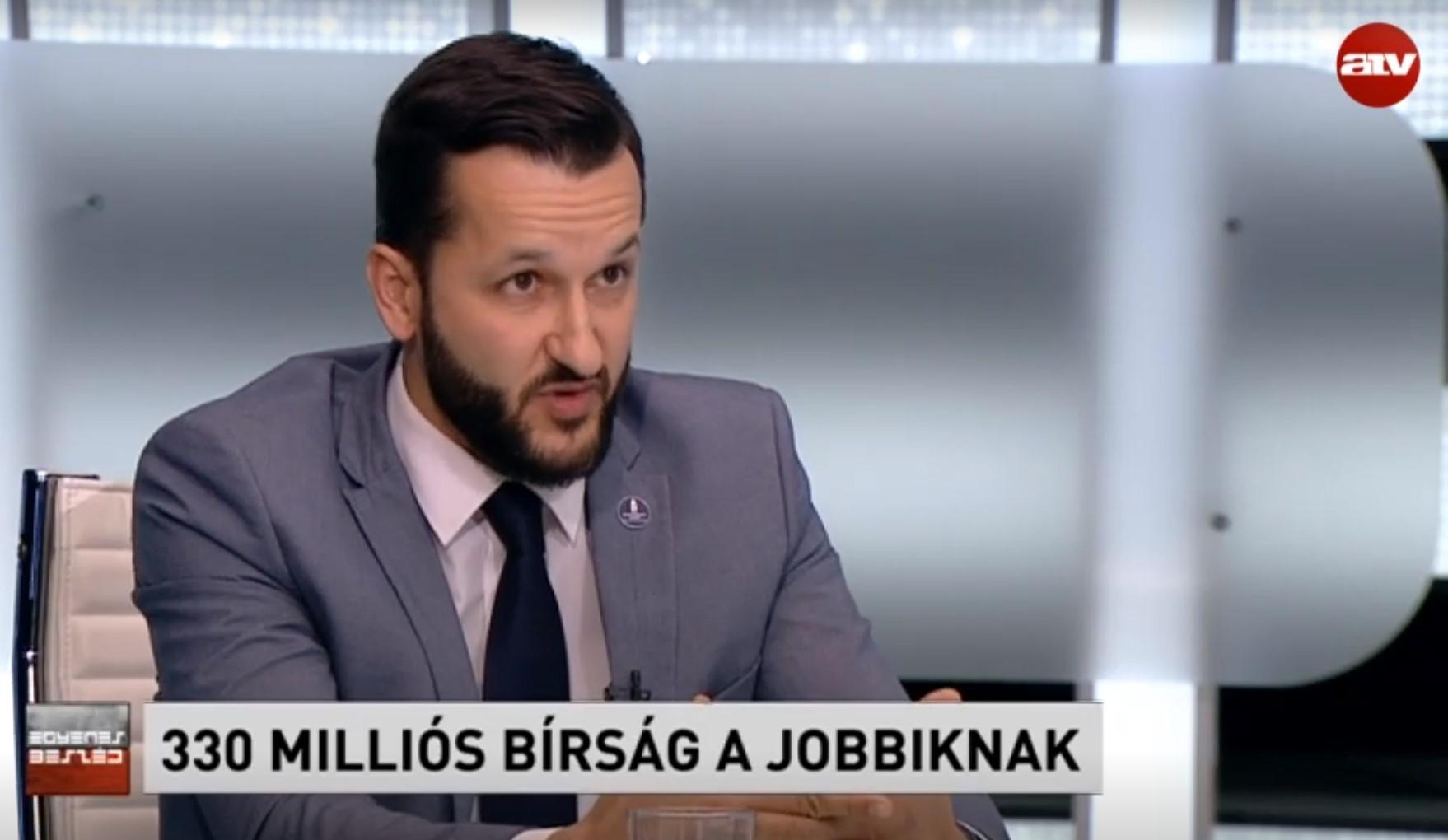 A tökéletes NER-funkcionárius: halálkomoly arccal mondja a kamerába, hogy eddig minden rendben volt, egészen a mostani Jobbik-kampányig