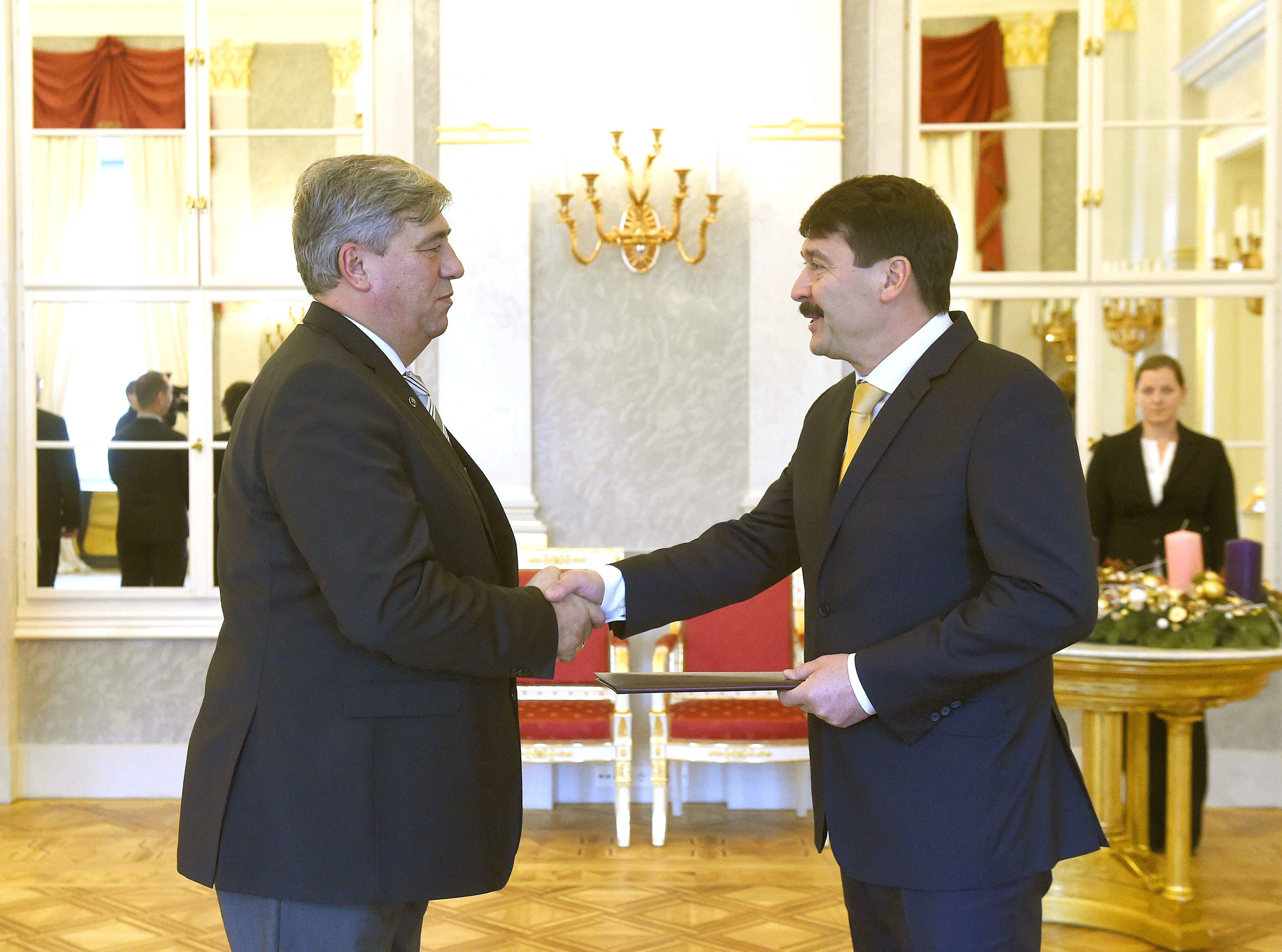 Áder János államfő átadta a megbízatást Prof. Dr. Mocsai Lajosnak