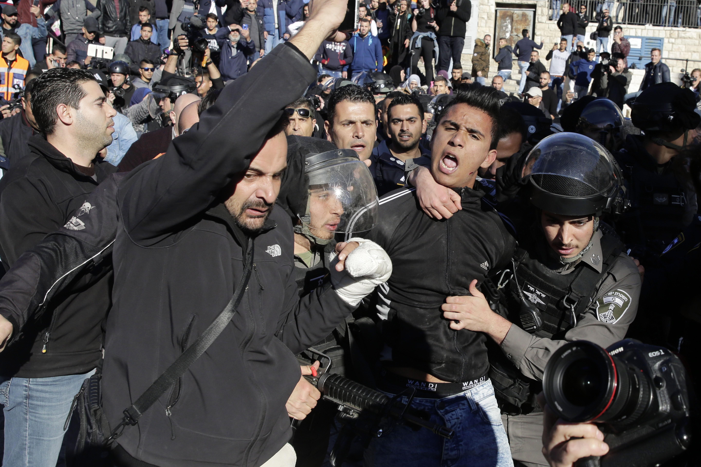 Világszerte több ezren tüntettek Trump döntése ellen, Izraelben két palesztin meghalt az összecsapásokban