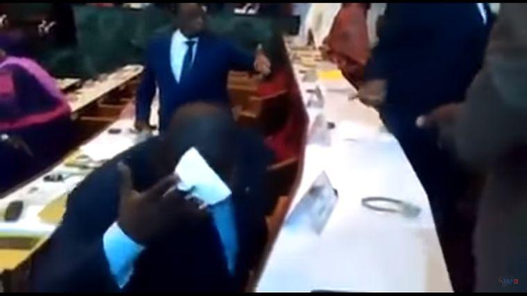 Szétvuvuzelázta a költségvetési vitát a kameruni ellenzék