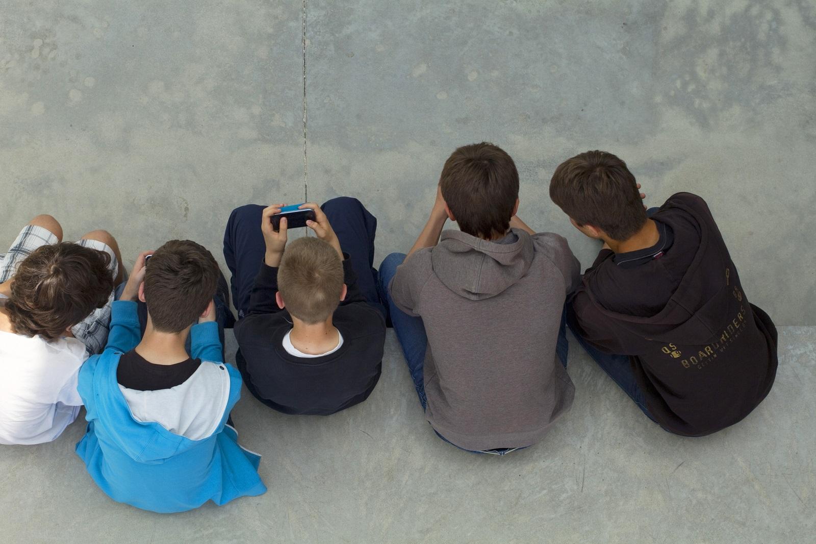 Kitiltják a mobilokat a francia iskolákból