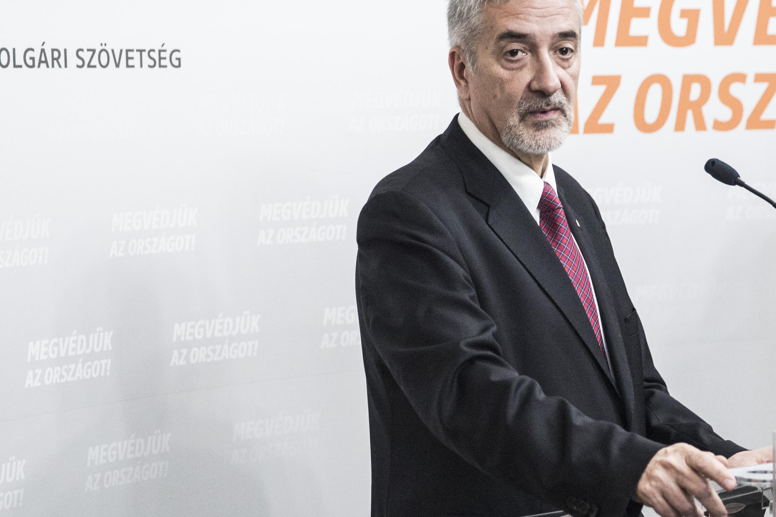 A Fidesz parlamenti frakciójának szóvivője majdnem kétszer annyit költött egy Mercedes hobbiterepjáróra, mint a teljes évi bevétele