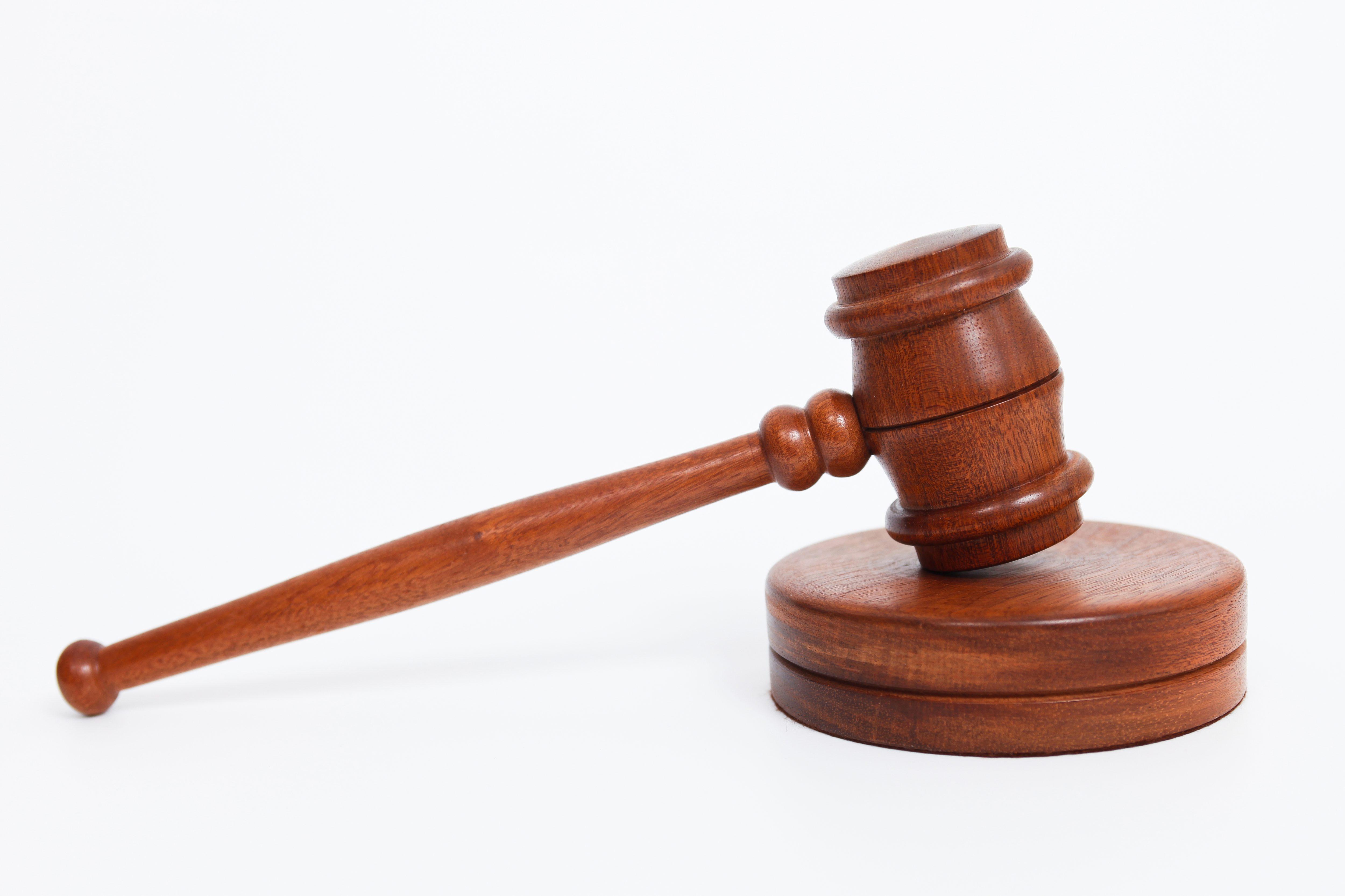 Két év börtönt kapott a bírósági rendészre támadó férfi