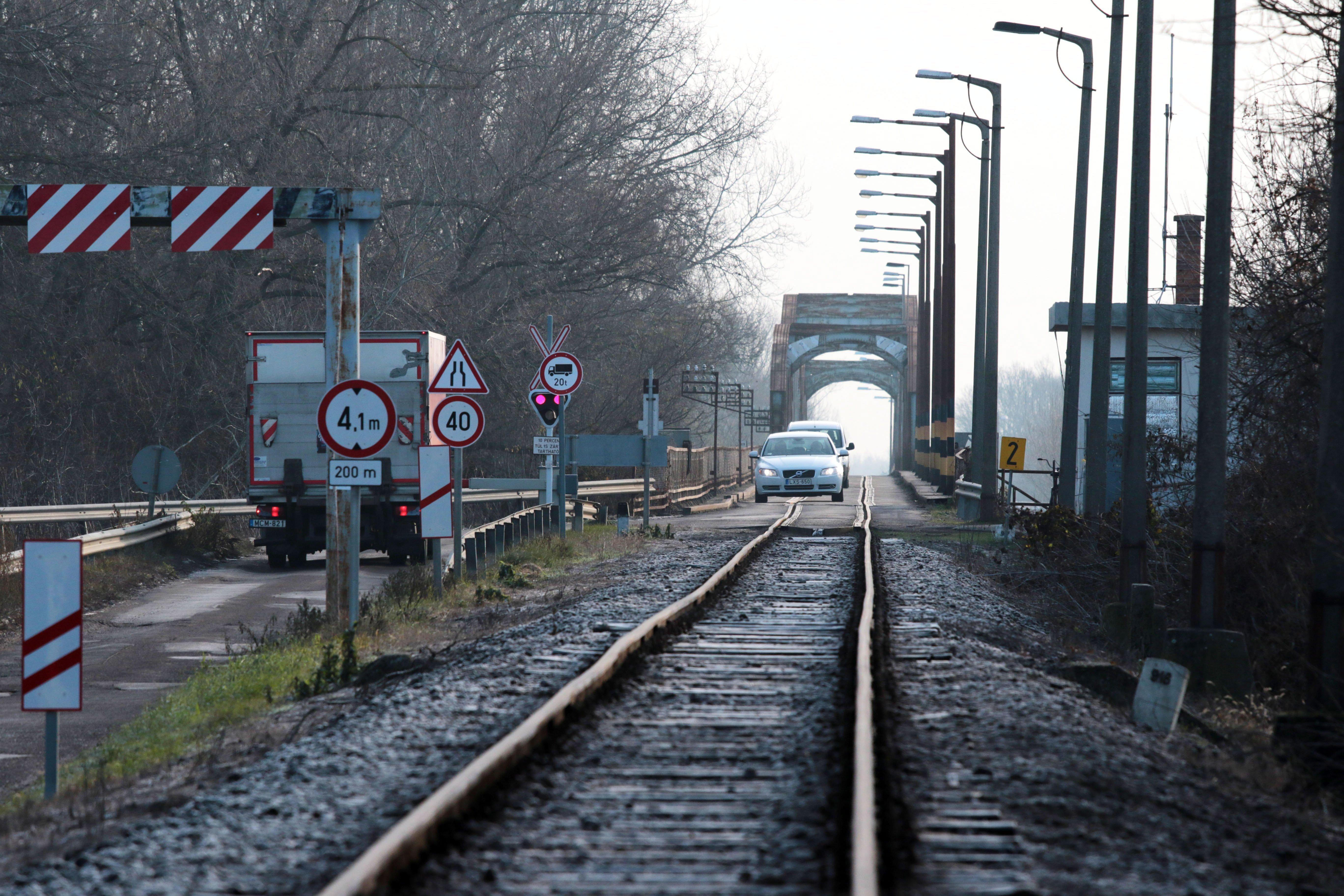 Földvárnál kiugrott egy utas a vonatból, akár másfél órát is késhetnek a balatoni járatok