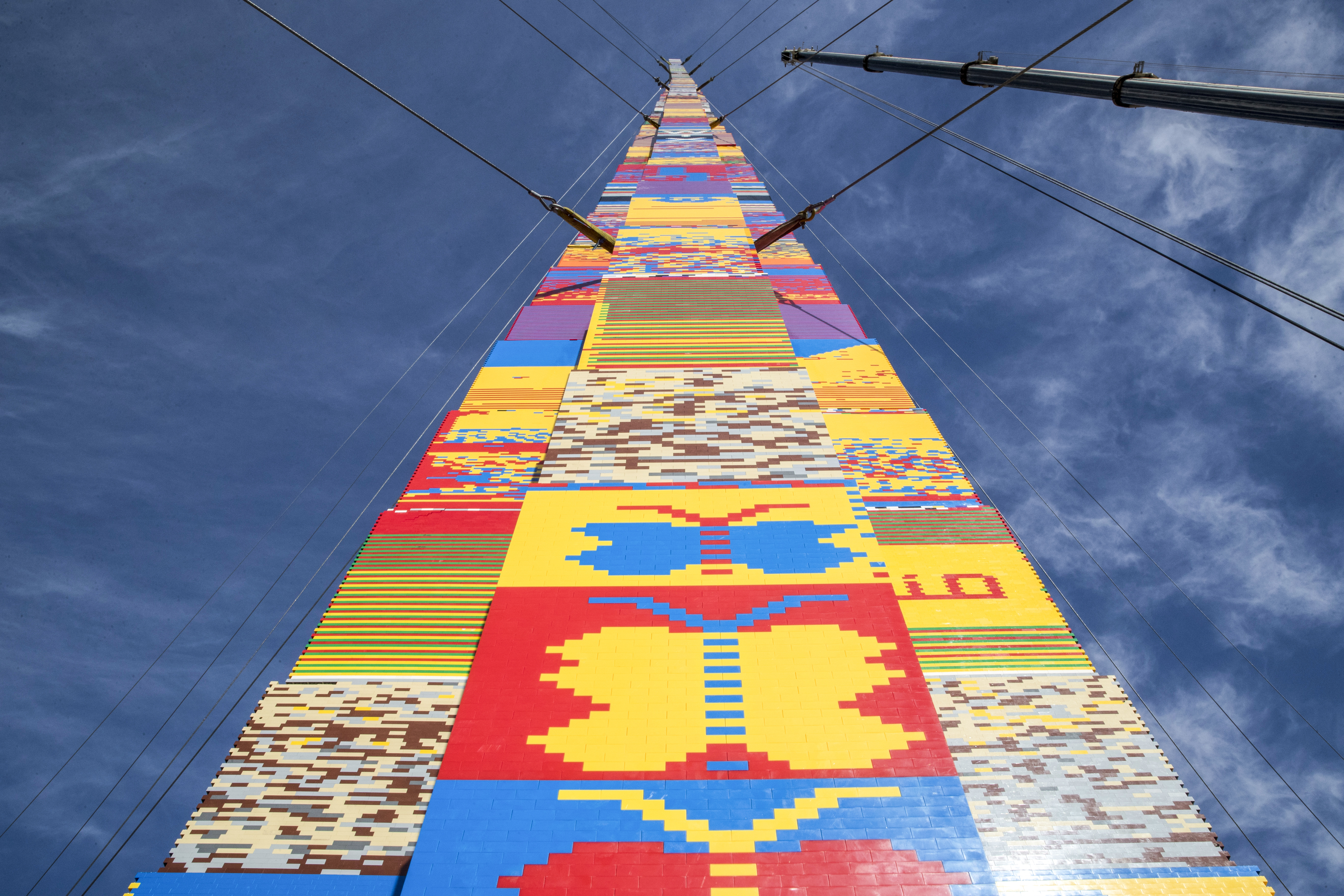Felépítették a világ legmagasabb Lego-tornyát egy rákban elhunyt kisfiú emlékére