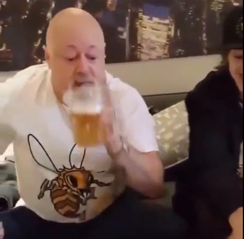 Kopasz, tetovált, bajszos ember beszív, berúg az Ikeában, de ez csak a video végén derül ki