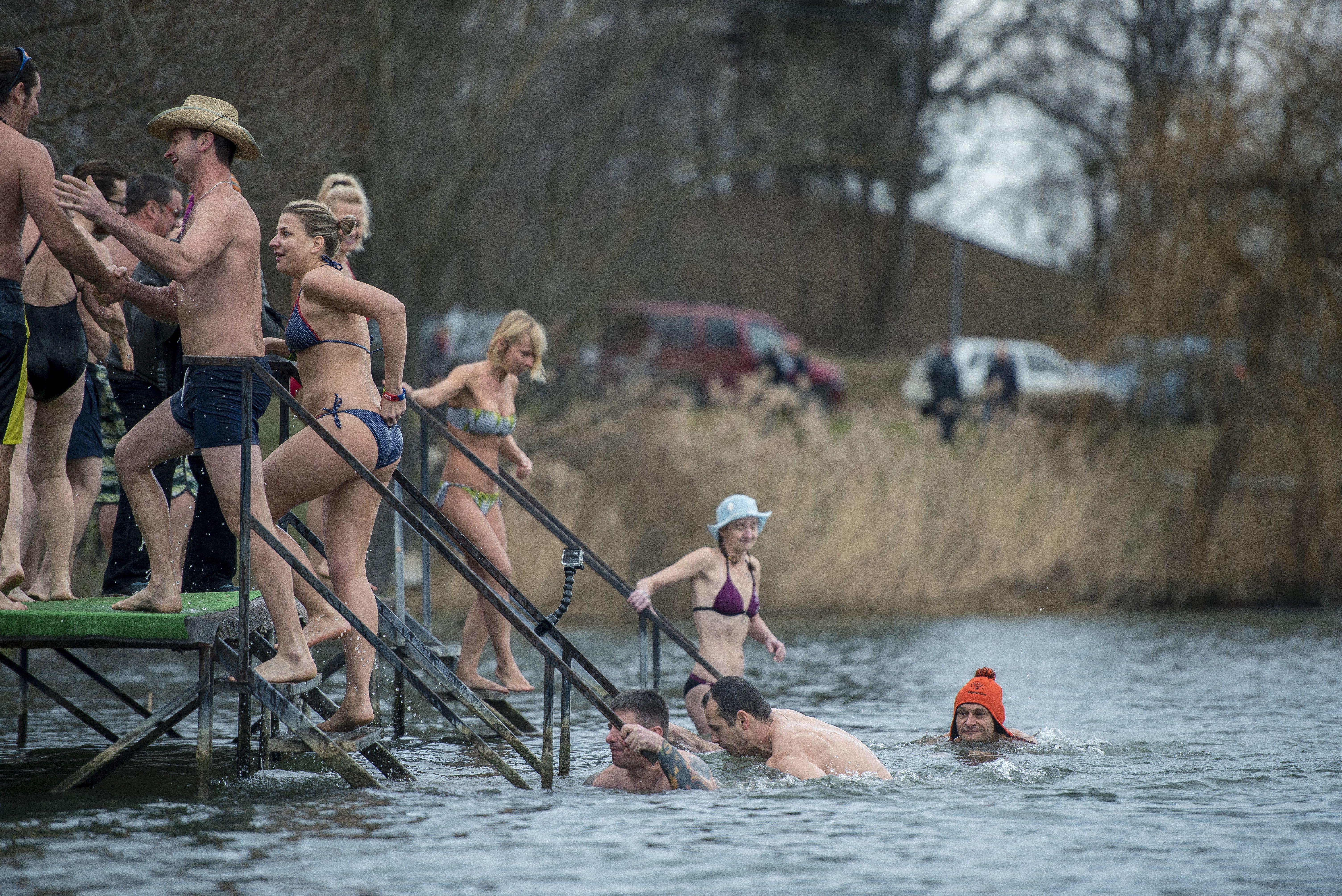 Több tucatnyian megmártóztak a Pécsi-tóban
