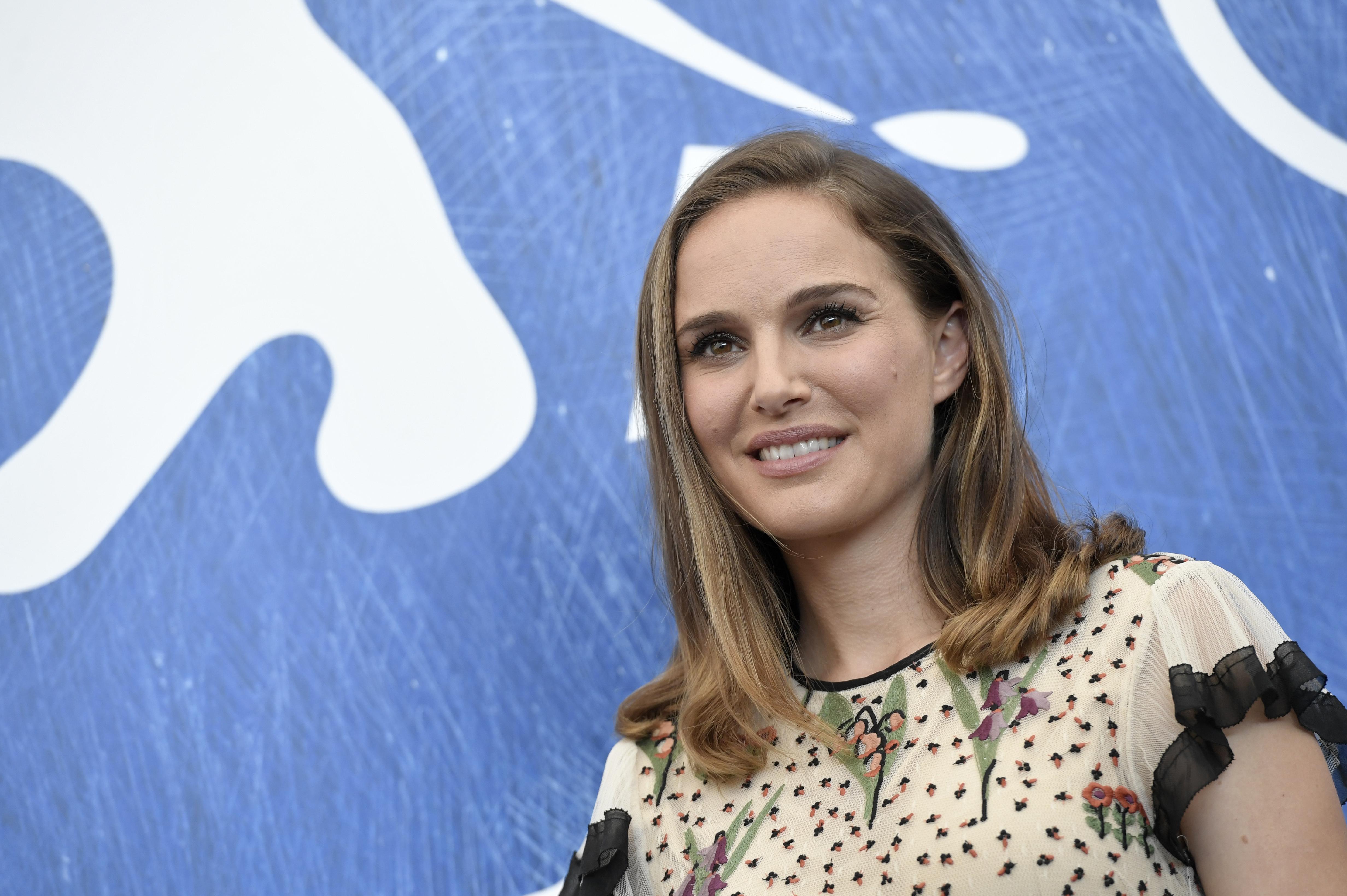Natalie Portman rendezi a filmet, aminek a főszereplője Natalie Portman és Natalie Portman