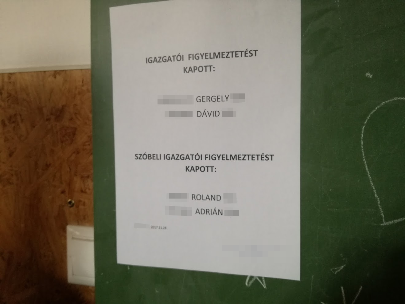 Jogsértő volt, hogy hirdetőtáblára írták ki az igazgatói intőt kapó diákok neveit egy komáromi szakgimnáziumban