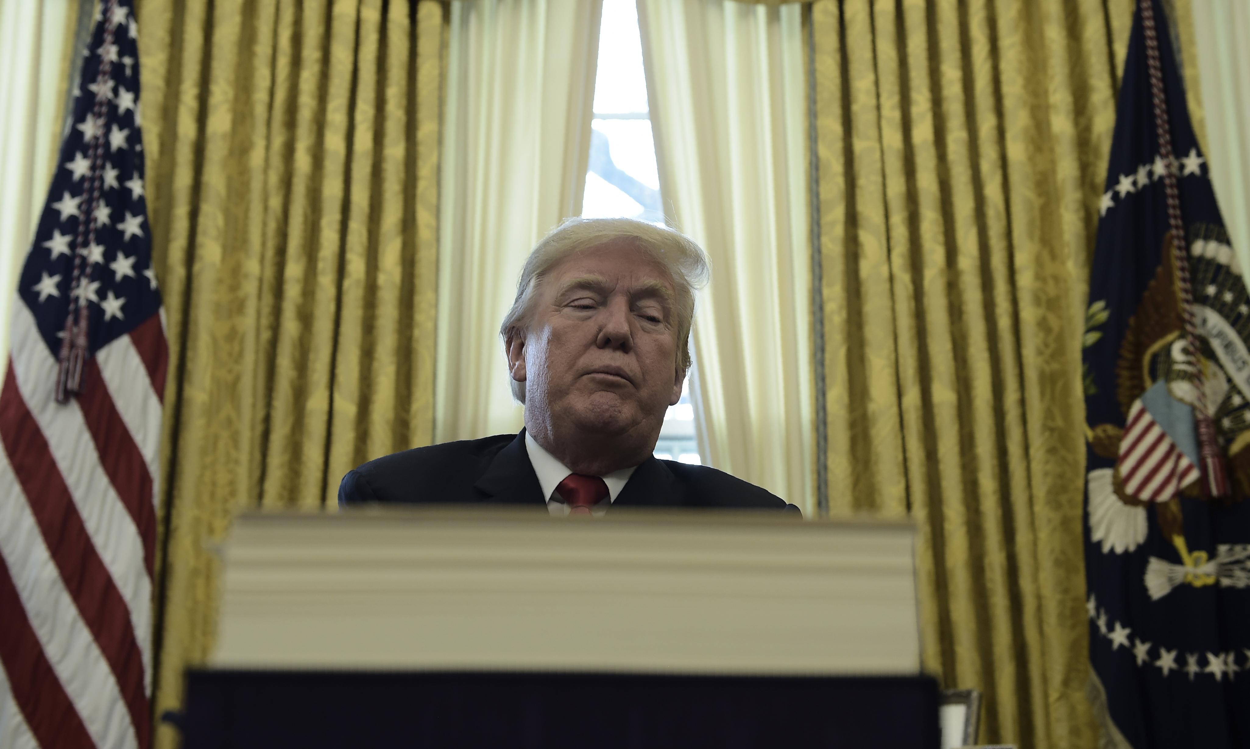 Megjelent a könyv, amit Trump be akart tiltani, mert a saját miniszterei és családtagjai ecsetelik benne, mekkora kártékony idióta