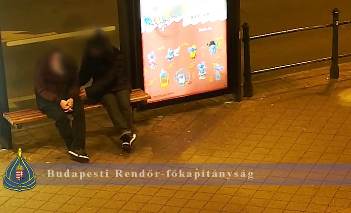 Alvó embert zsebelt ki a villamosmegállóban, egyből jöttek a rendőrök