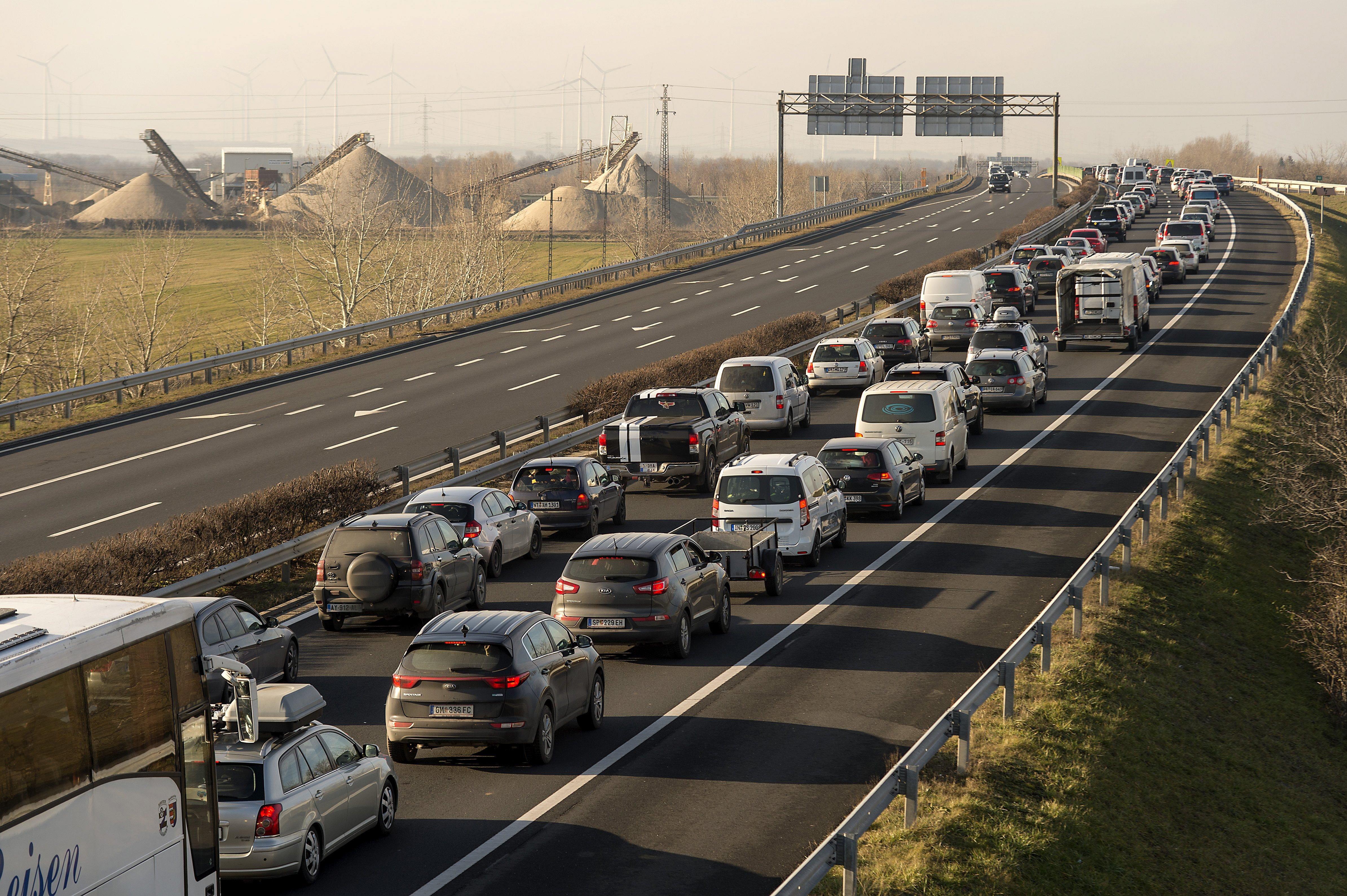 Balesetek, több kilométeres torlódás az M1-esen, M0-on, M5-ön és több határátkelőnél