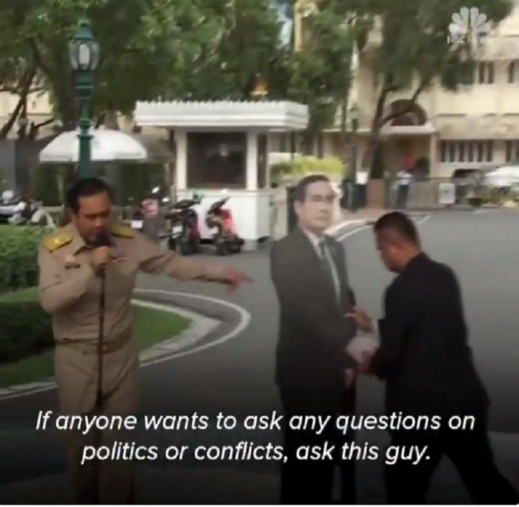 A thai miniszterelnök egy életnagyságú papírbábút állított az újságírók elé, hogy kérdezzenek tőle, amit csak akarnak