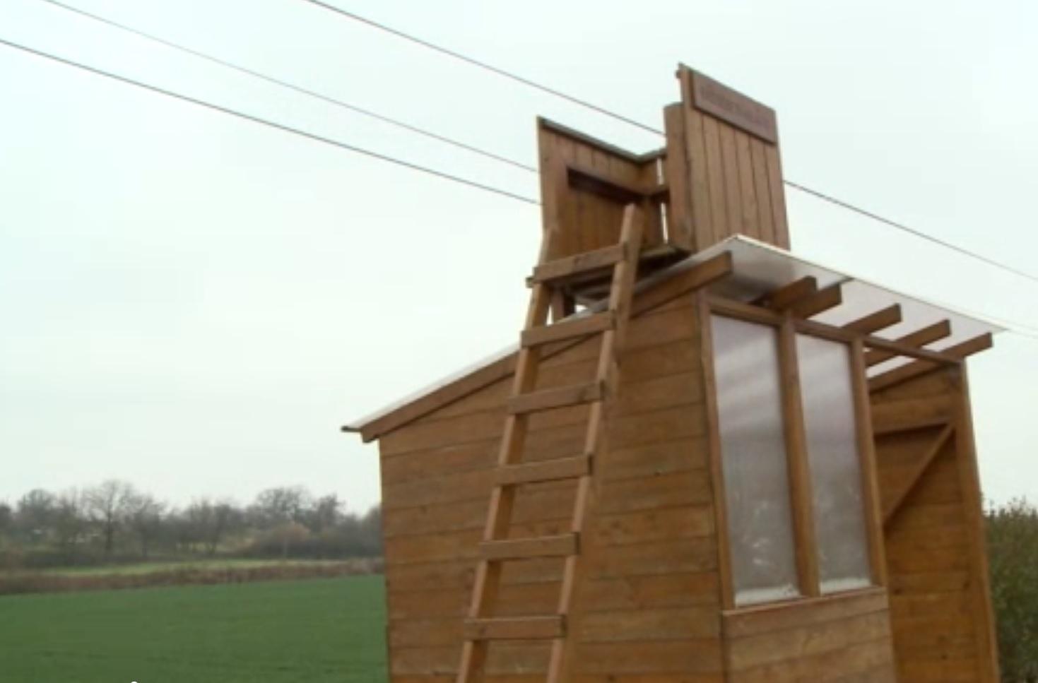 Magyar gógyi: kilátót építettek a buszmegálló tetejére, mert csak arra lehetett pályázni
