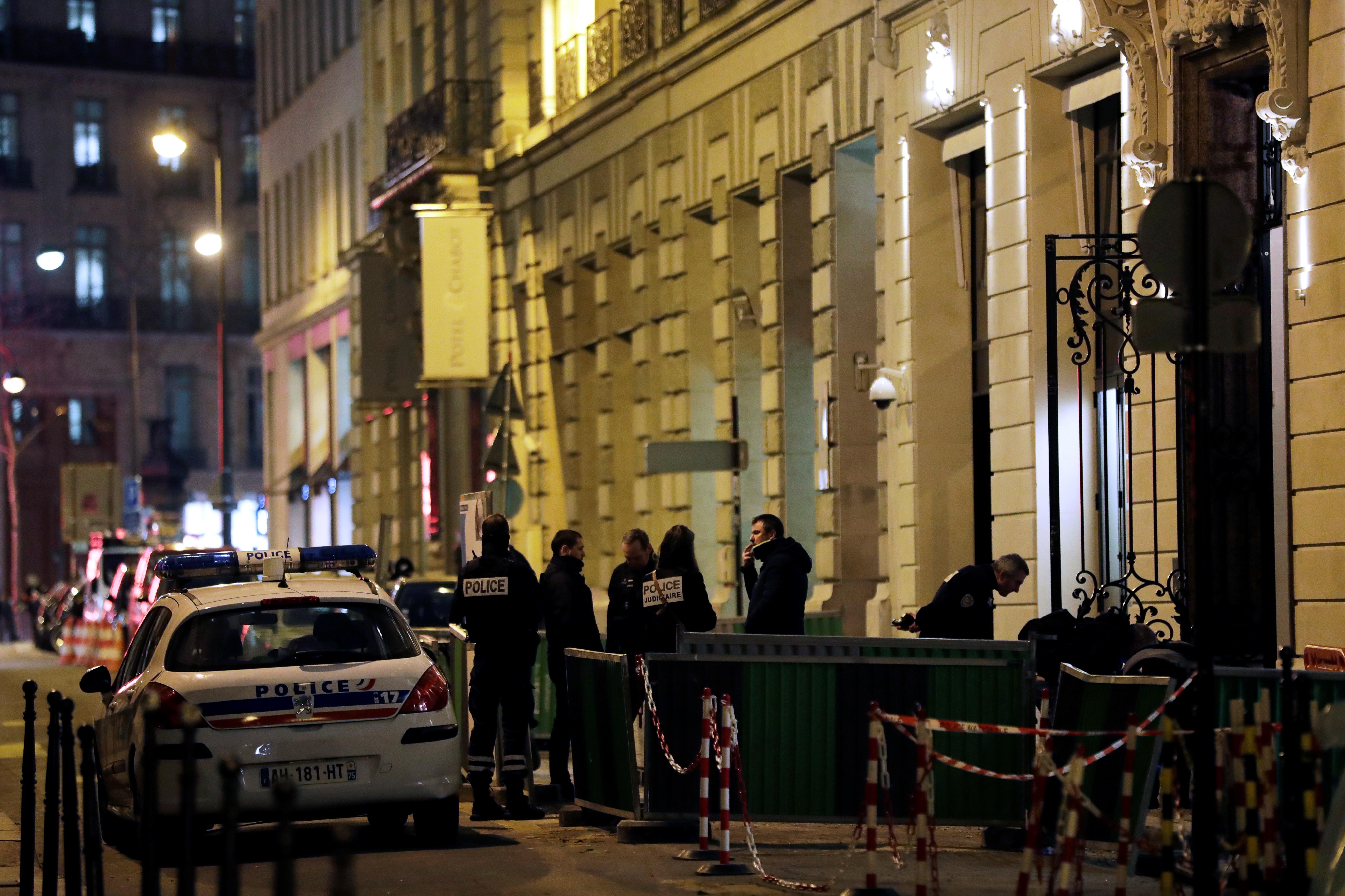 Baltákkal törtek be és raboltak el több millió eurónyi ékszert a párizsi Ritzből