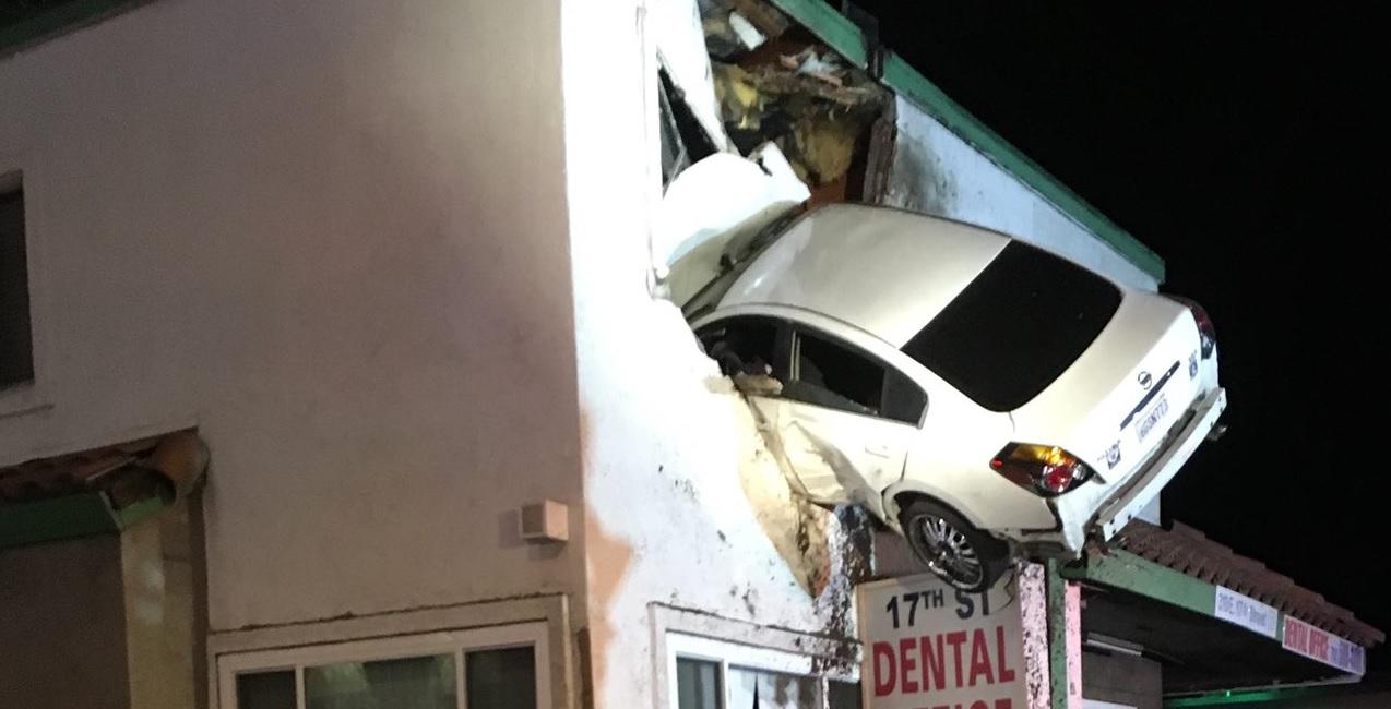 Első emeleti ablakba csapódott egy autó Kaliforniában