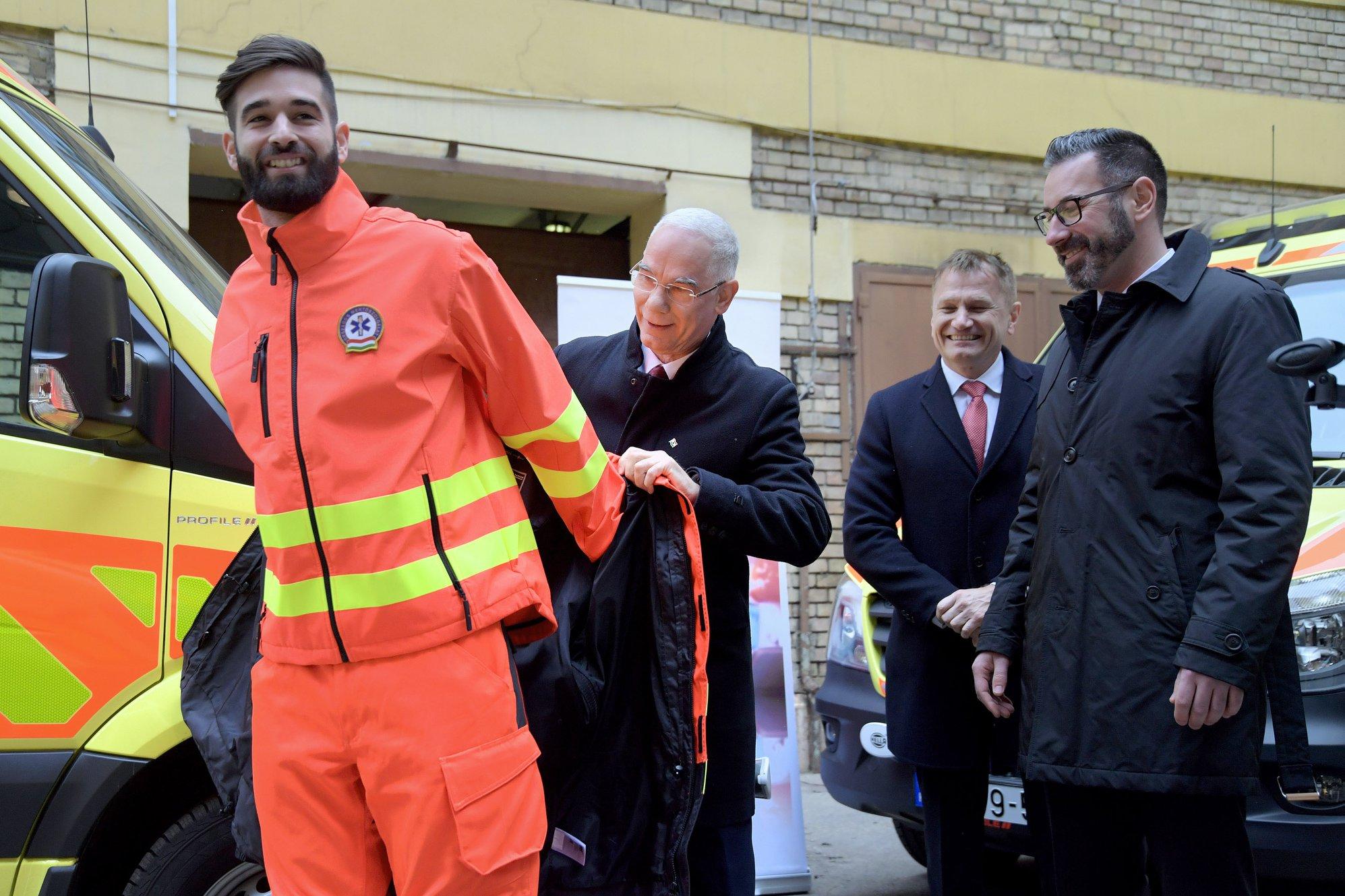 Balog Zoltán személyesen adta rá egy mentősre az új, korszerű munkakabátot