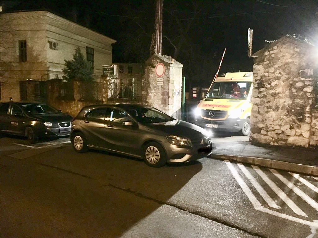 A kórház bejárata elé parkolt egy autós, félórát vesztegelt a beteget szállító mentőautó Pécsen