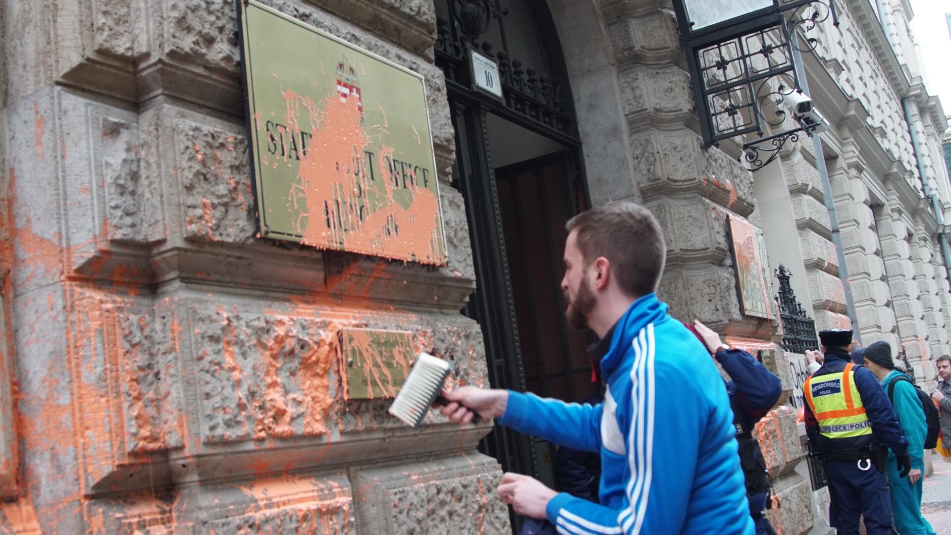 Mégis nyomoznak az Állami Számvevőszék épületét narancssárgára festő Gulyás Mártonék ellen