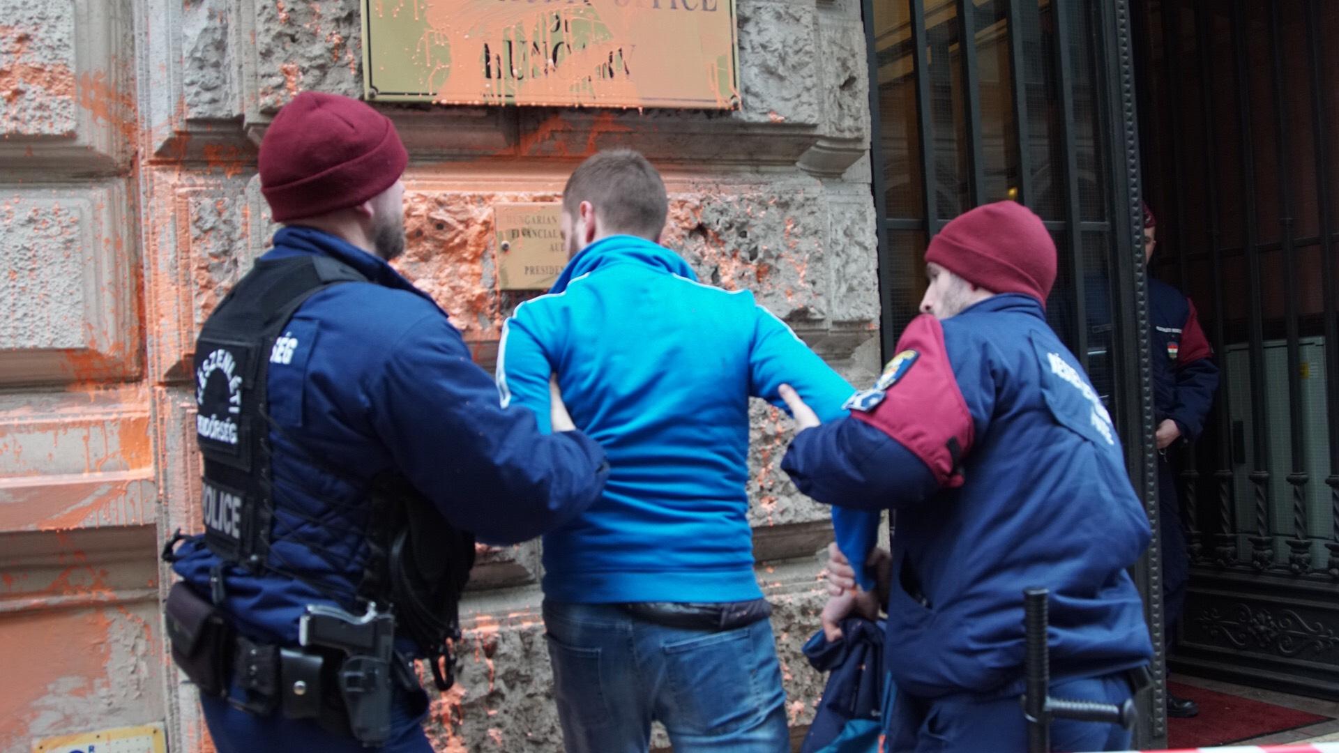 Gulyás Mártonék narancssárgára festették az Állami Számvevőszék központját