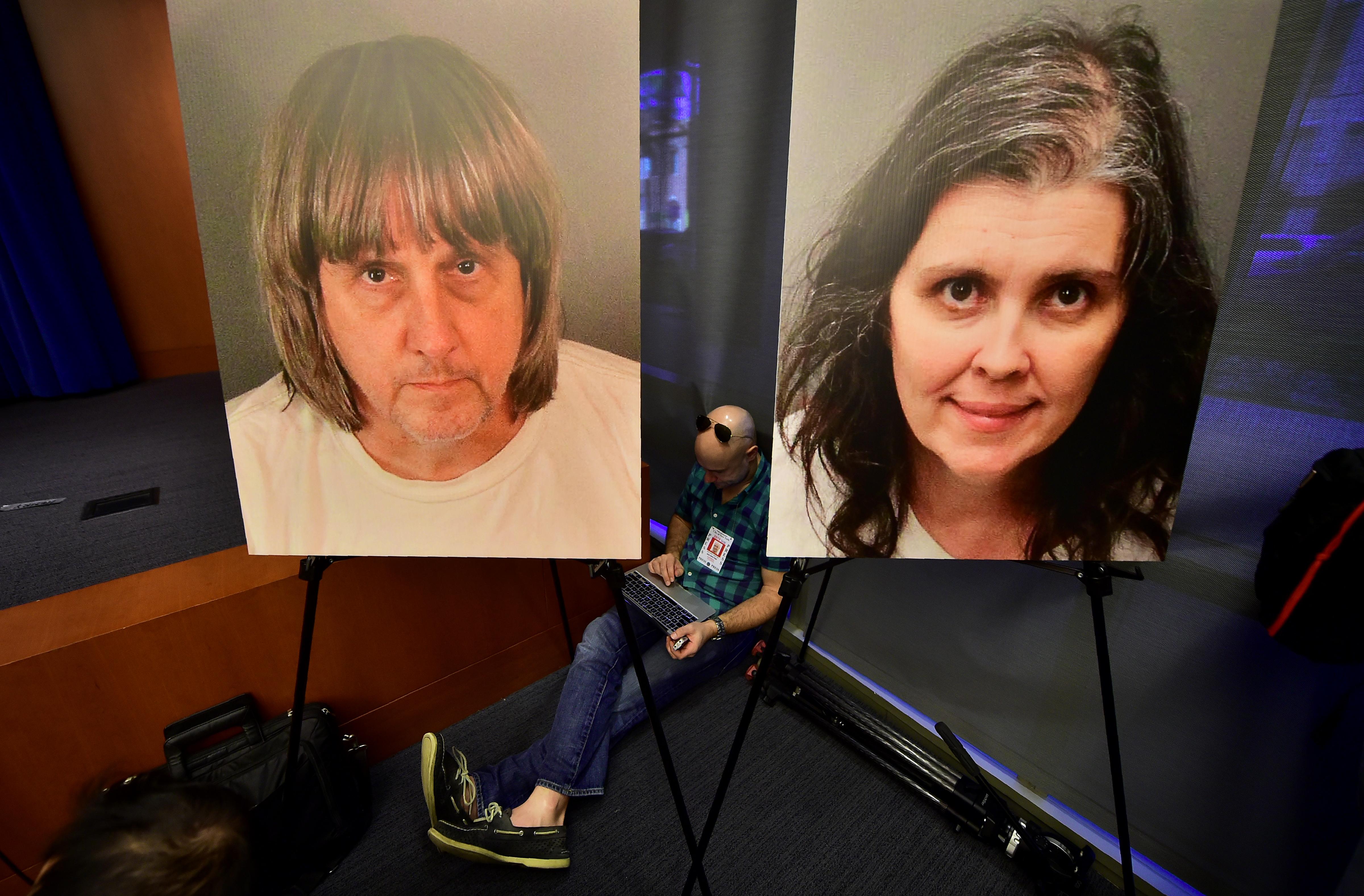 Több tucat bűncselekménnyel vádolják a szadista kaliforniai szülőket, akik éheztették, kínozták, és bútorokhoz bilincselték a 13 gyereküket