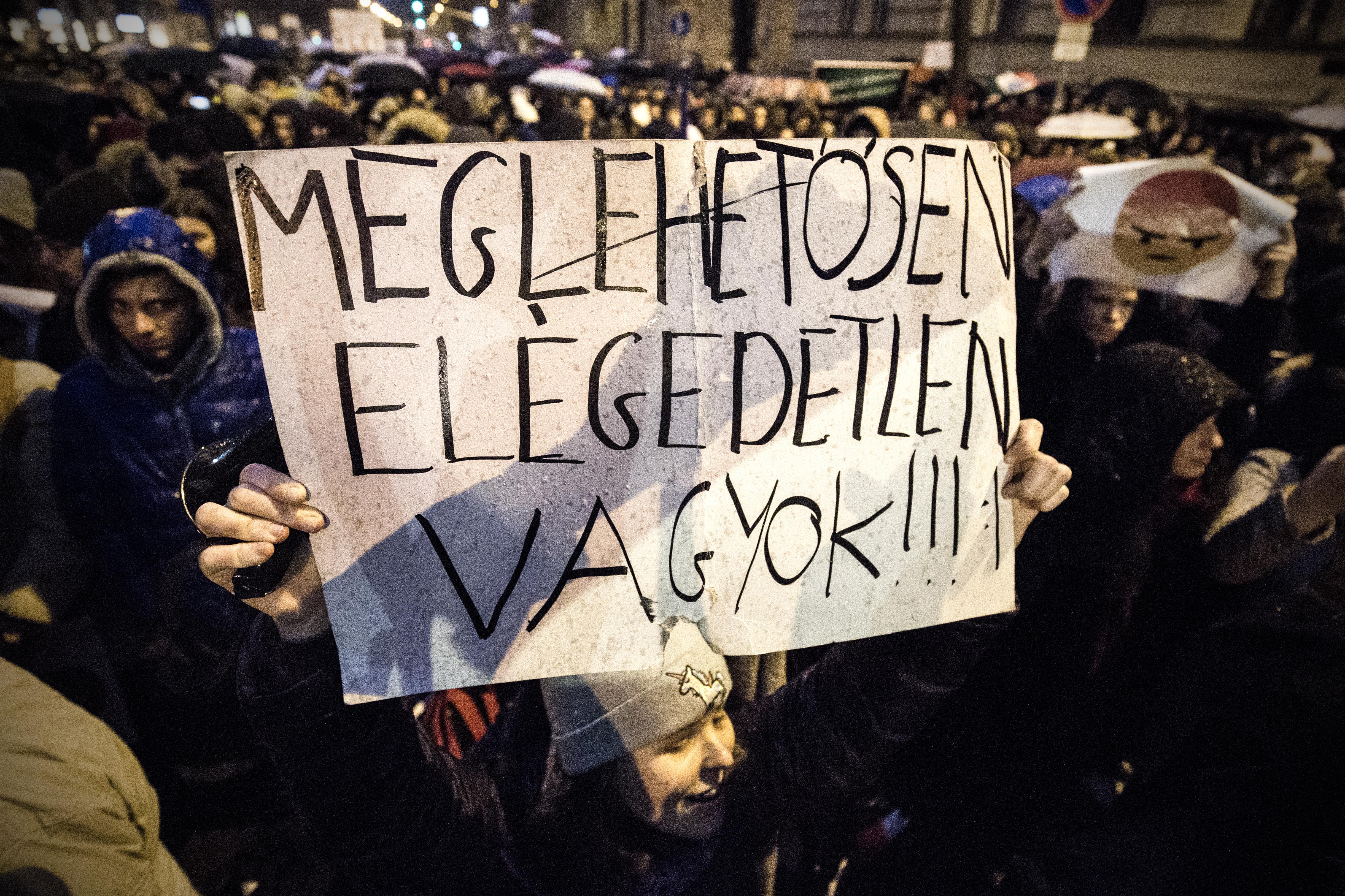 Továbbra is tízezrével mennek el a fiatalok Magyarországról