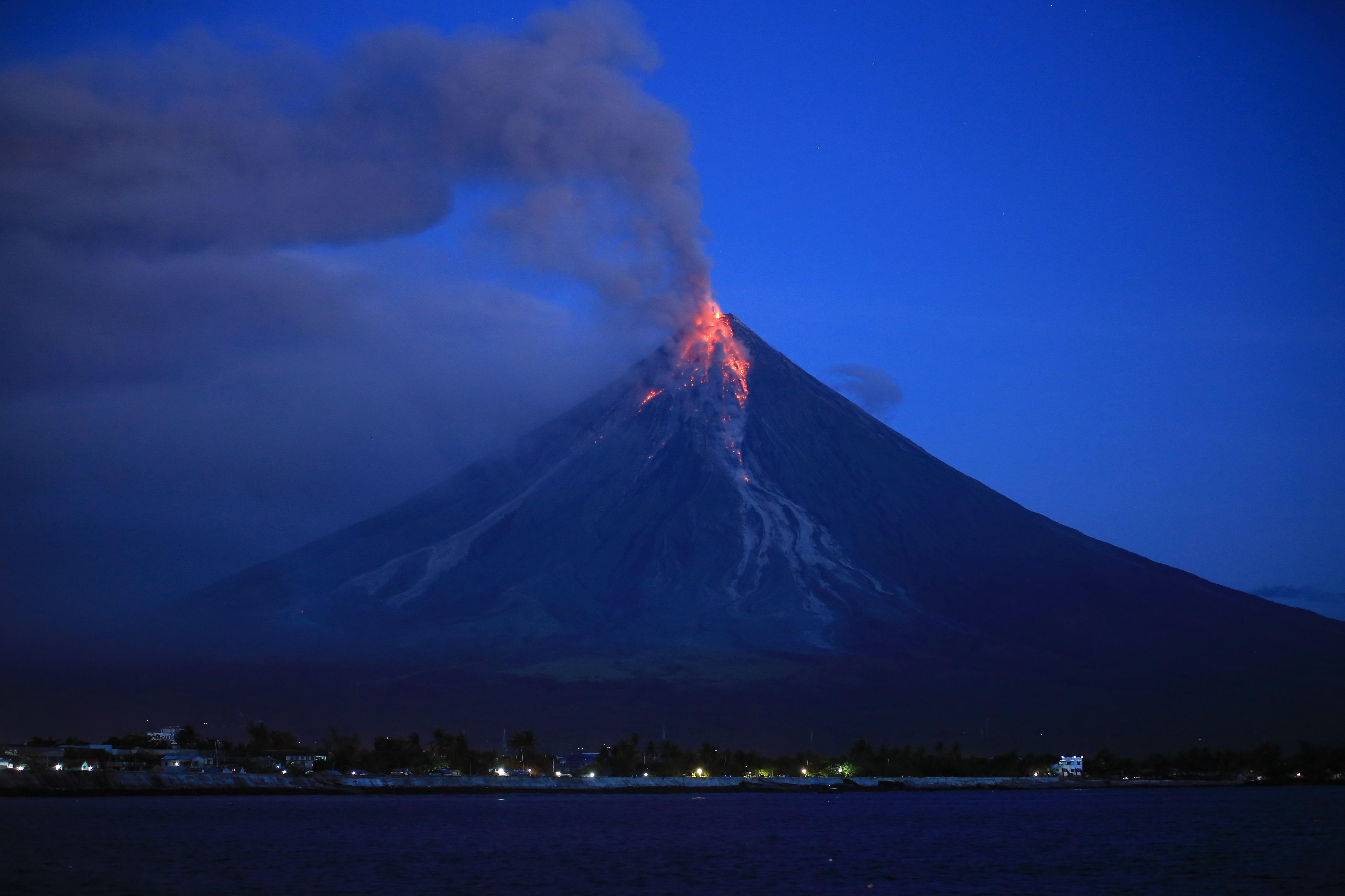 Több ezer embert menekítettek ki, mert vörös lávát lövell ki a legaktívabb Fülöp-szigeteki vulkán