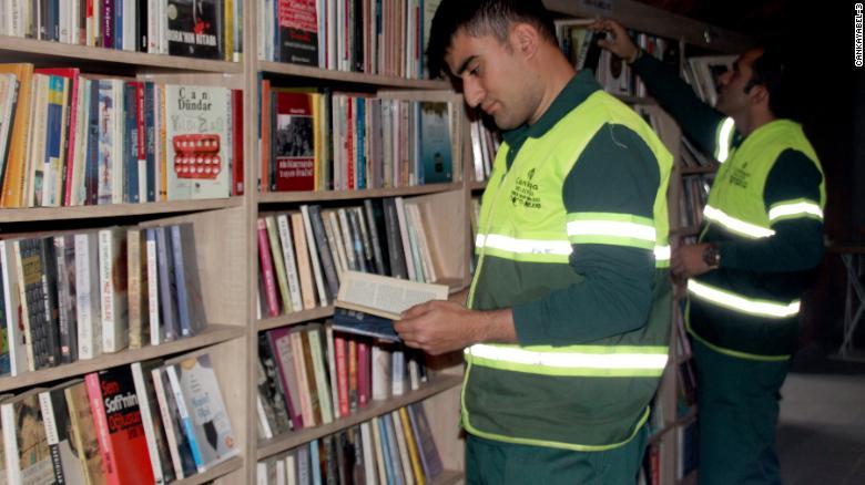 Kidobott könyvekből nyitottak közkönyvtárat török kukások